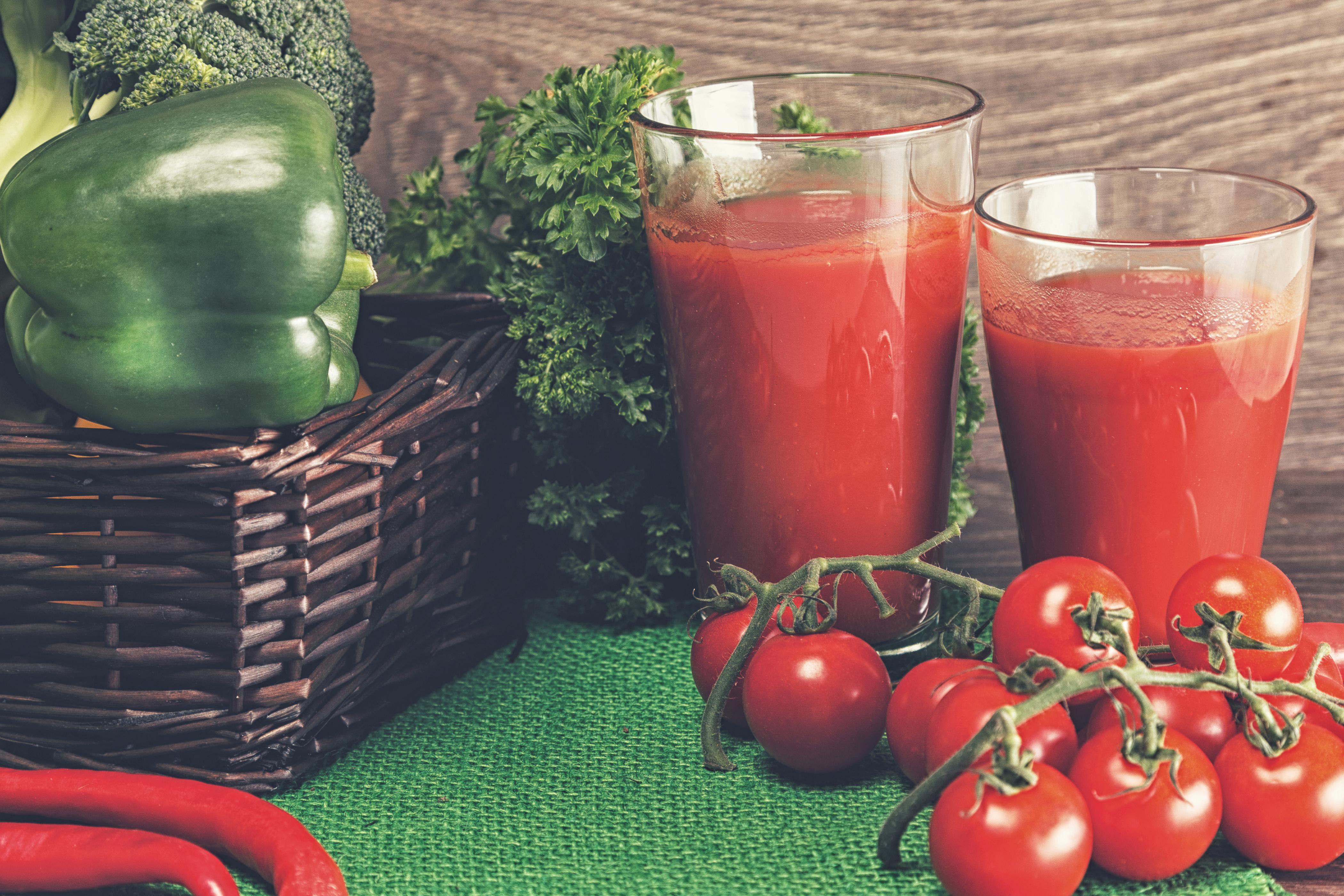 Картинка 2 Сок Помидоры стакана Пища перец овощной два две Двое вдвоем Томаты Стакан стакане Еда Перец Продукты питания
