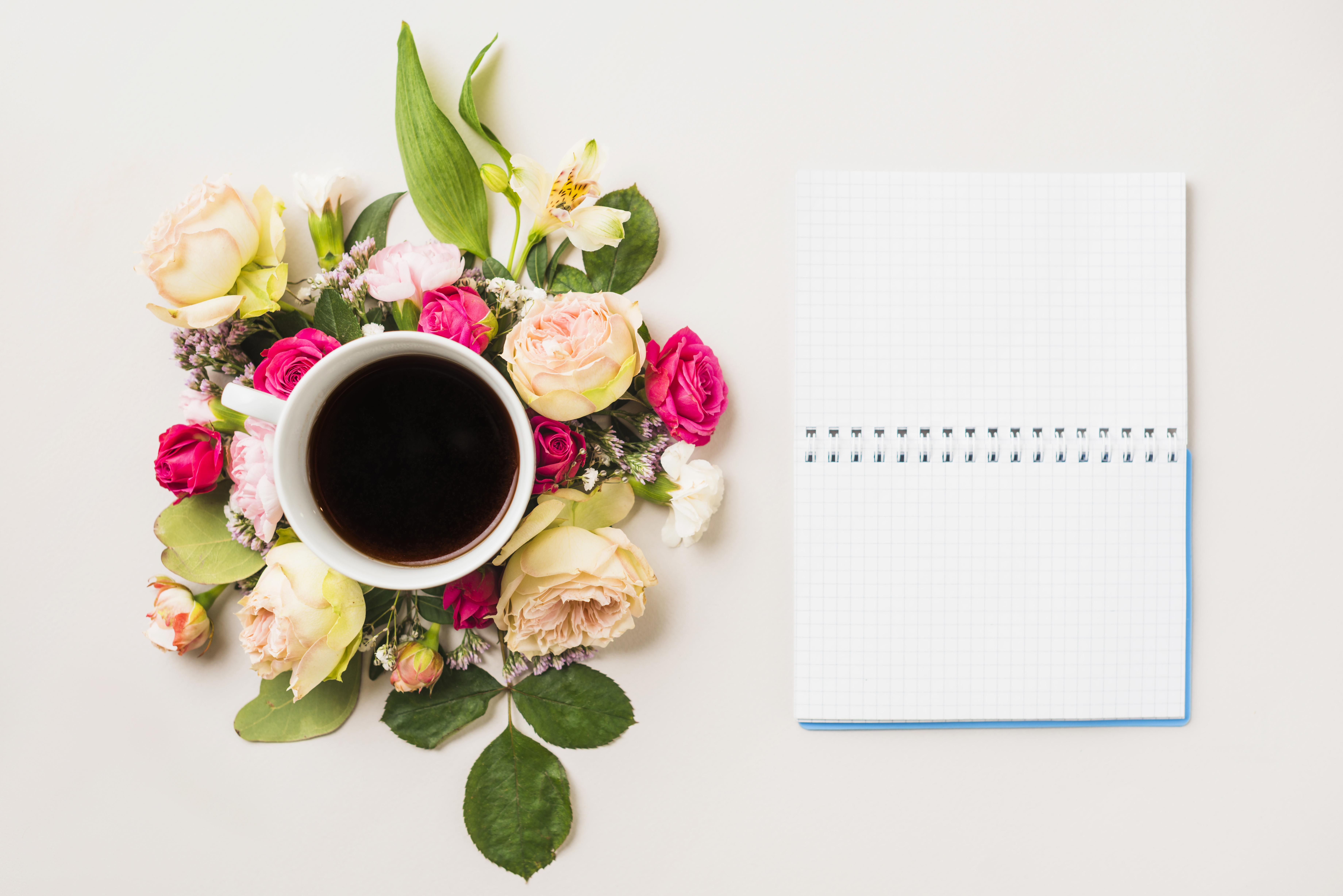 Картинки Блокнот Розы Кофе Цветы Еда Чашка Шаблон поздравительной открытки Натюрморт Цветной фон 7360x4912 Пища чашке Продукты питания