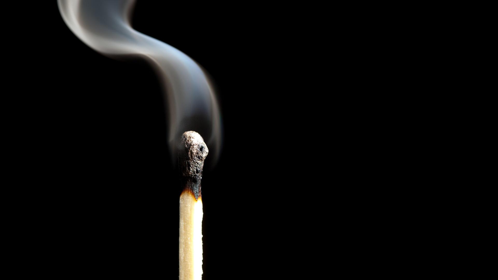 Фото Спички дымит вблизи Черный фон Дым на черном фоне Крупным планом