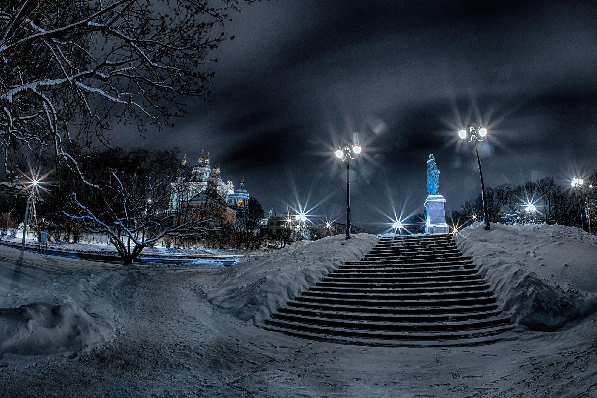 Картинка Россия Памятники Smolensk Зима лестницы снеге храм ночью Уличные фонари город 2000x1333 зимние Лестница Снег снега снегу Ночь Храмы в ночи Ночные Города