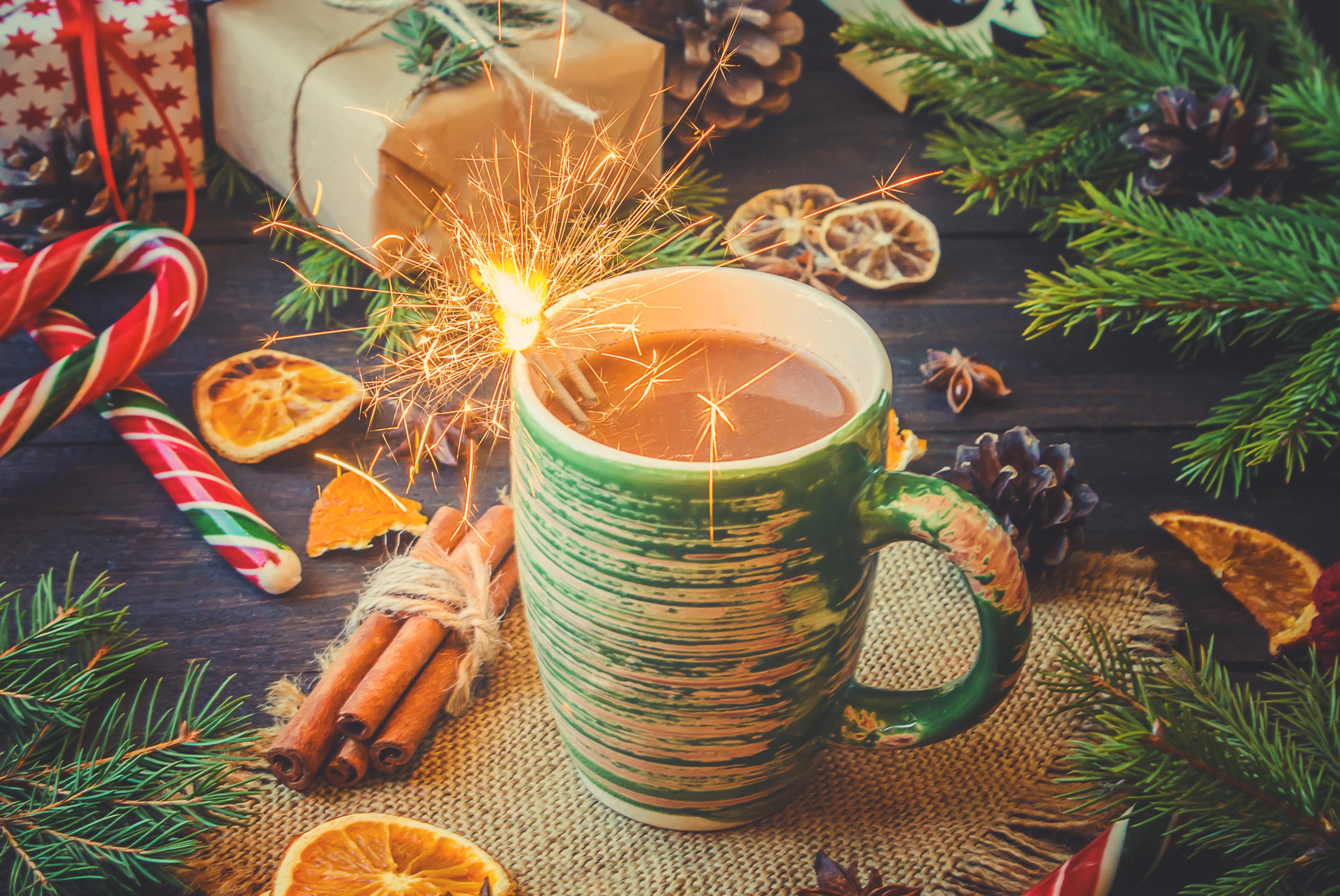 Фотография Новый год Бенгальские огни Какао напиток Корица Пища чашке Сладости Рождество Горячий шоколад Еда Чашка Продукты питания