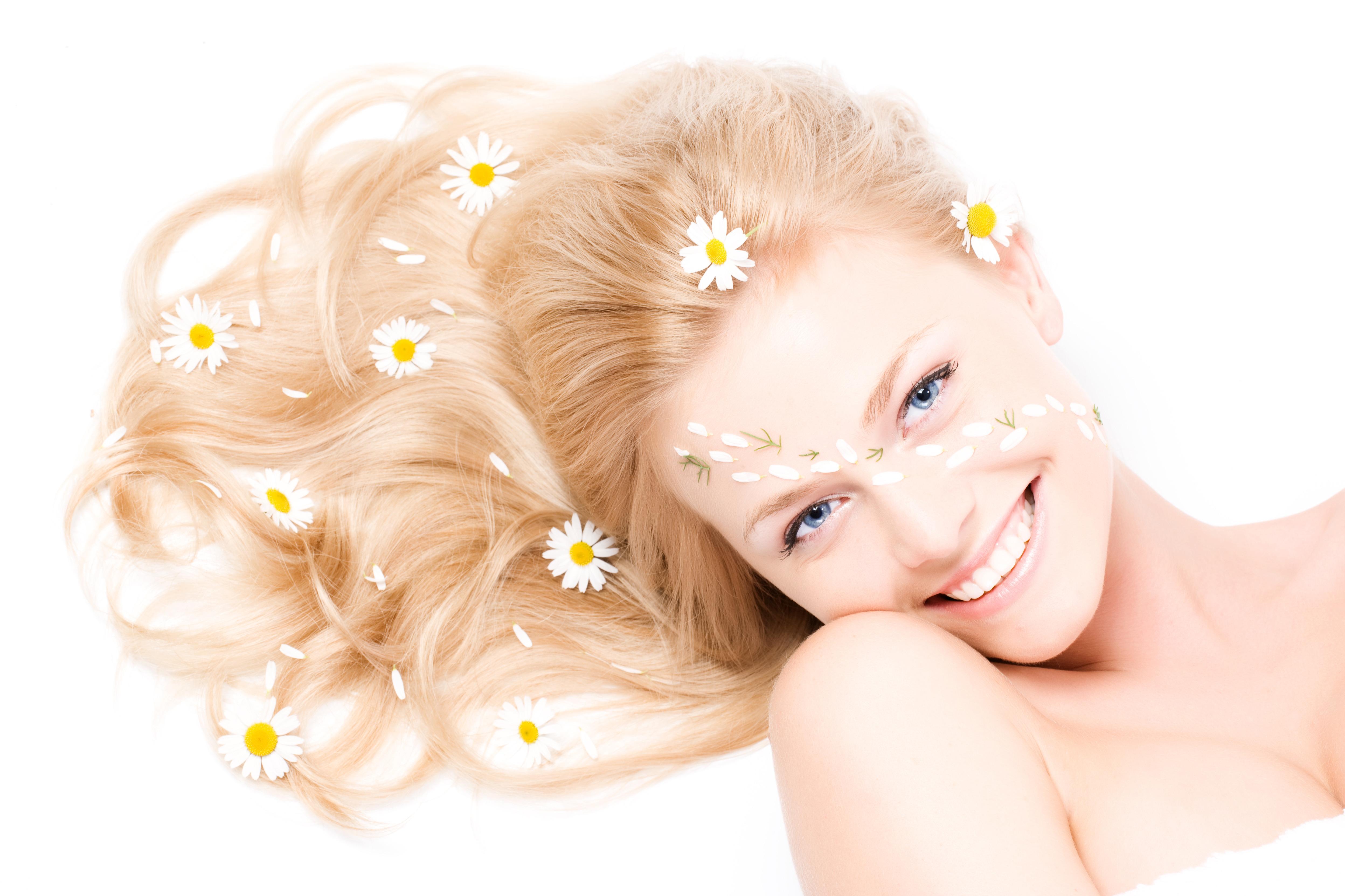 Картинки Улыбка Волосы Девушки ромашка Взгляд Белый фон улыбается волос девушка молодая женщина молодые женщины Ромашки смотрит смотрят белом фоне белым фоном