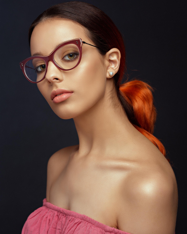 Фотография фотомодель Макияж Safia девушка Очки смотрят 2399x3000 для мобильного телефона Модель мейкап косметика на лице Девушки молодая женщина молодые женщины очков очках Взгляд смотрит