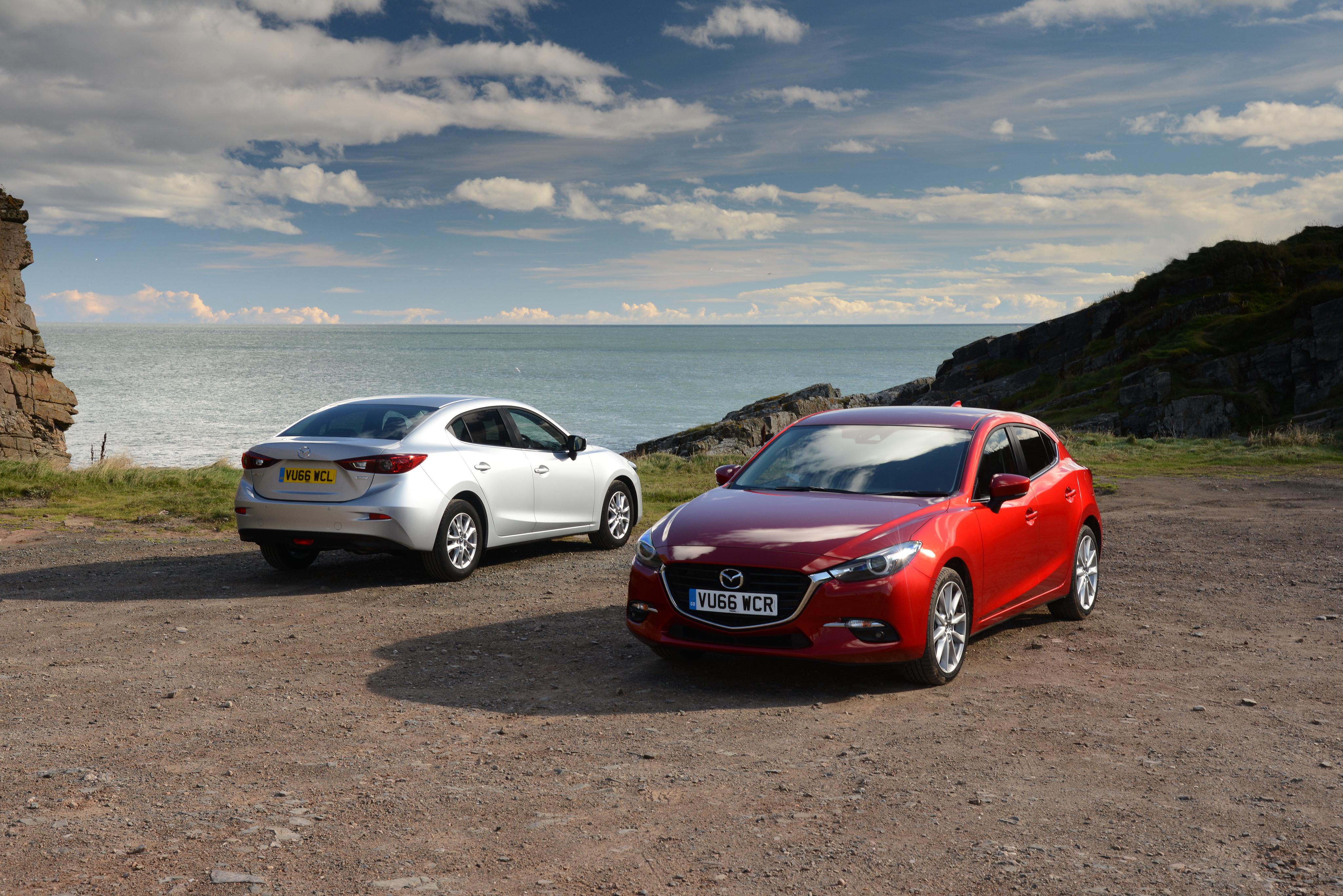 Фотография Mazda 2013-16 Mazda3 (BM) две машины 4096x2734 Мазда 2 два Двое вдвоем авто машина автомобиль Автомобили