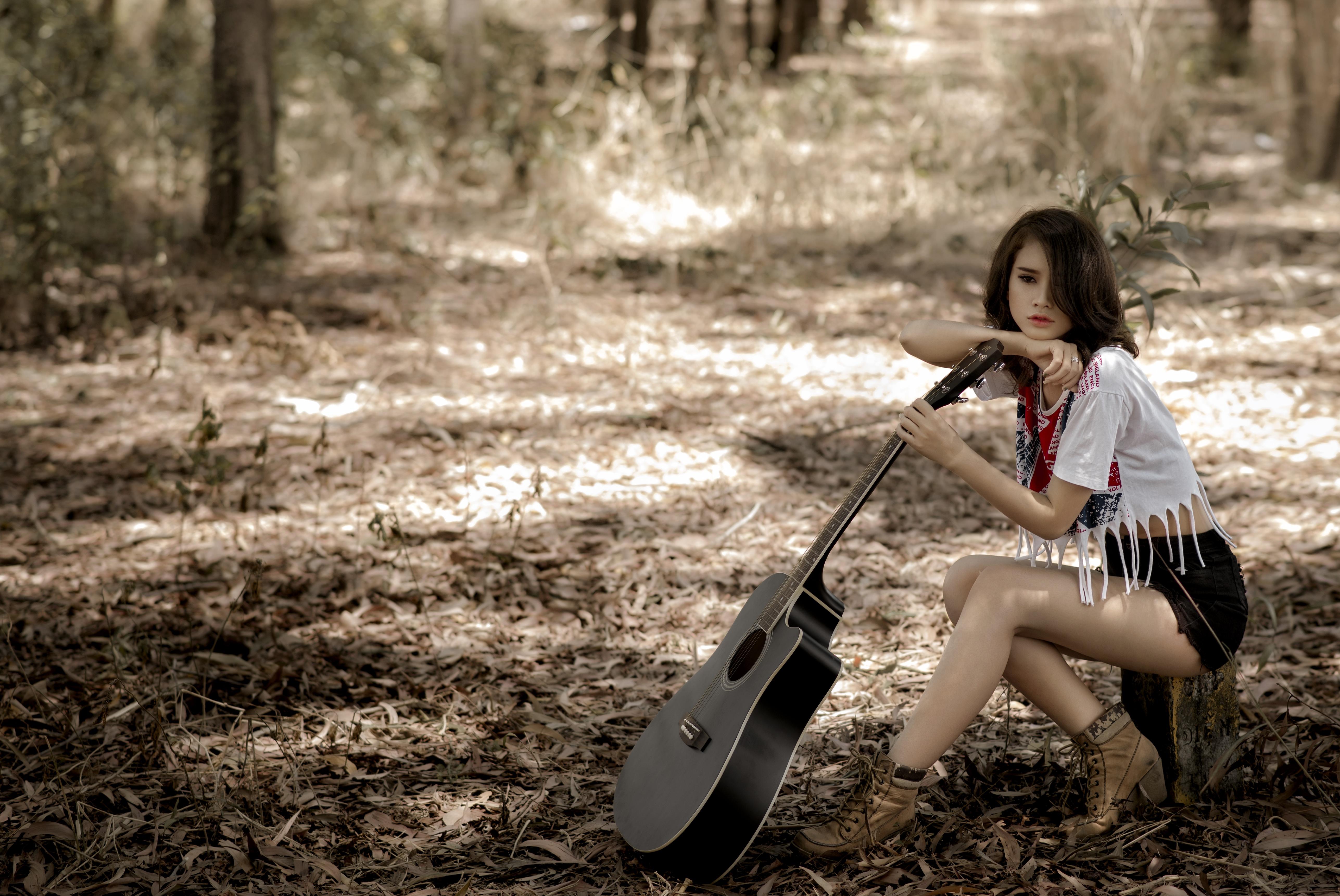 Картинка брюнеток гитары девушка азиатки шорт сидящие брюнетки Брюнетка Гитара с гитарой Девушки молодая женщина молодые женщины Азиаты азиатка сидя Шорты Сидит шортах