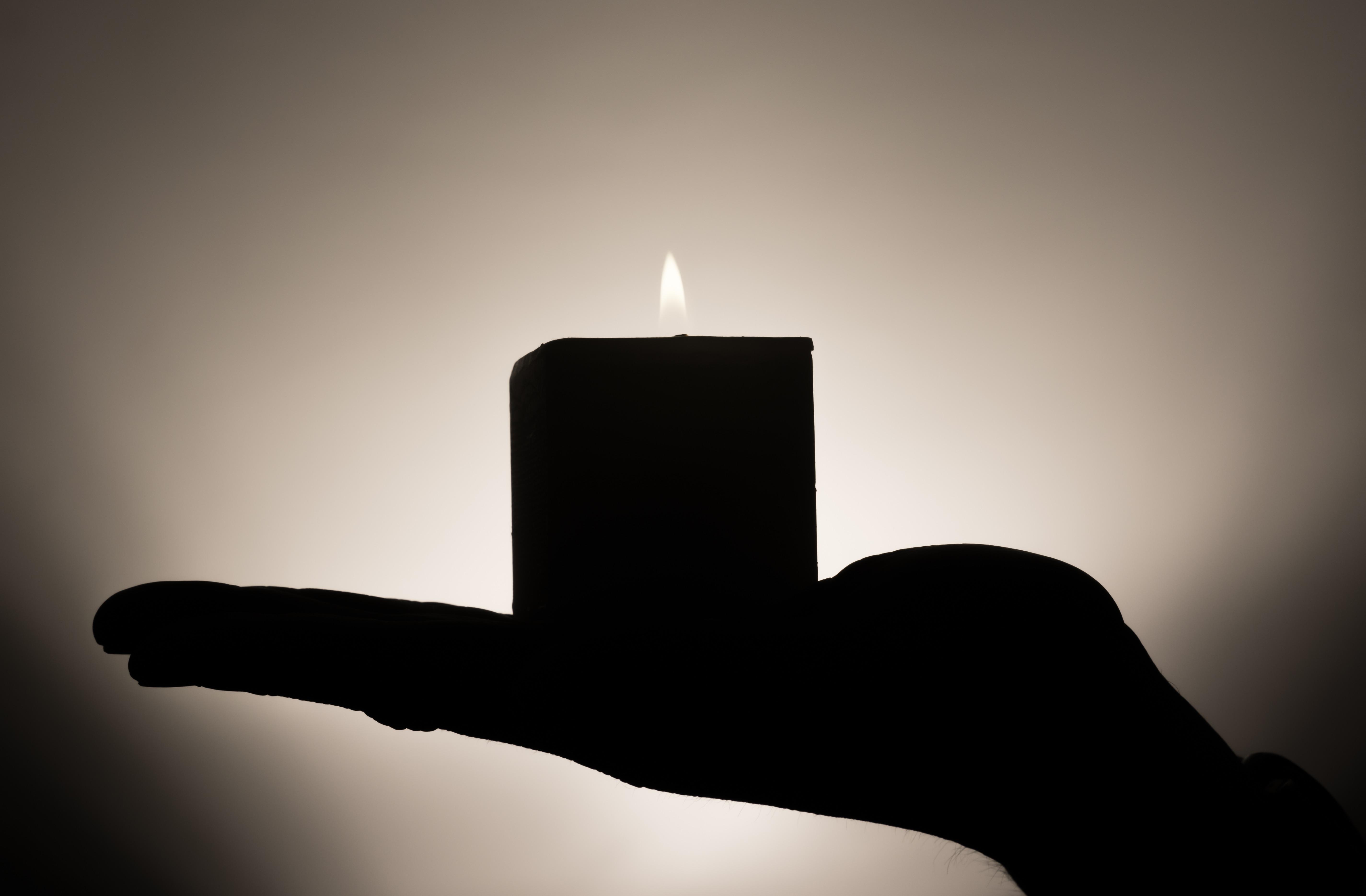 Фотография Силуэт боке пламя рука Свечи силуэта силуэты Размытый фон Огонь Руки