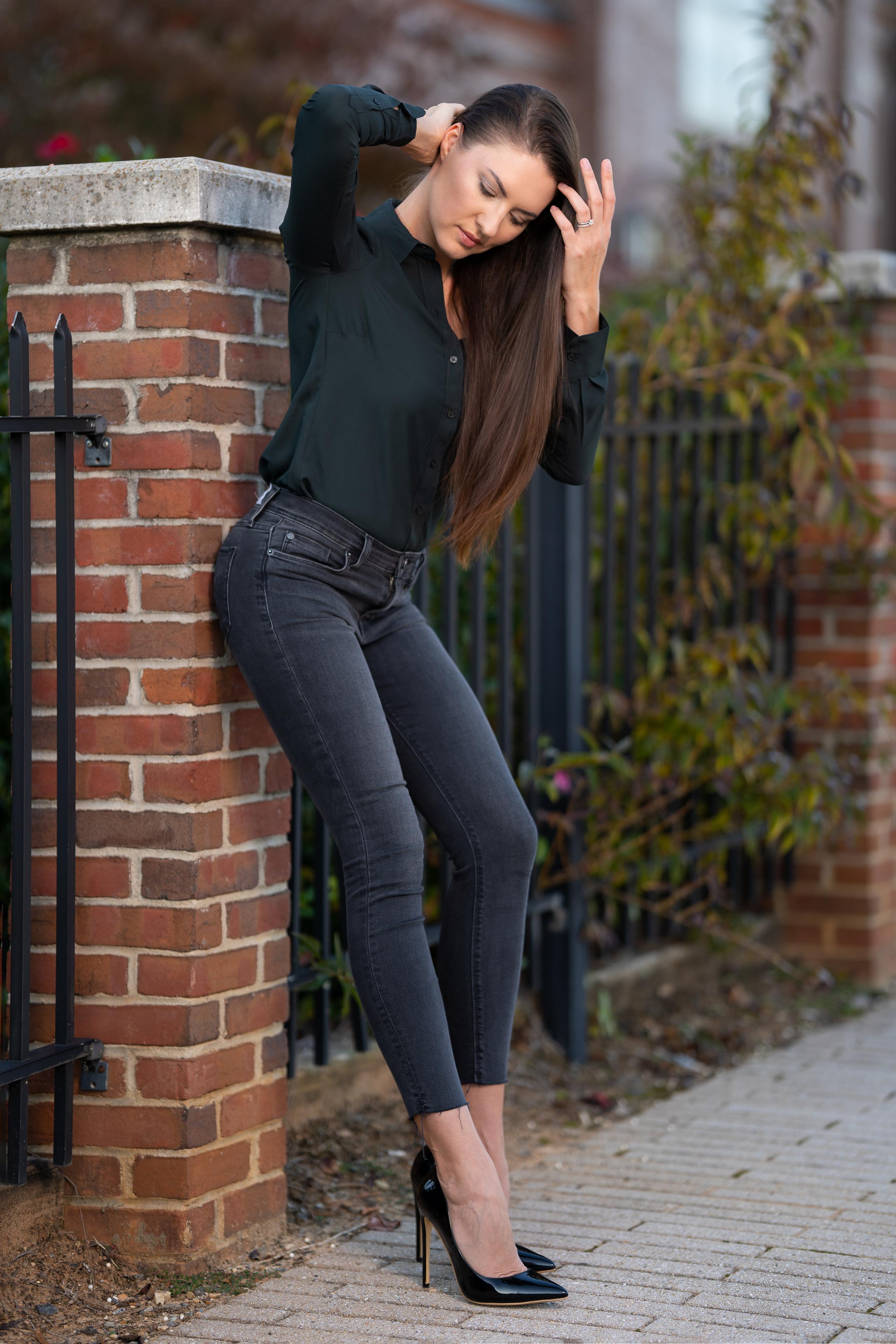 Обои для рабочего стола Natalia Larioshina Модель Поза Рубашка молодые женщины джинсов туфлях  для мобильного телефона фотомодель позирует рубашке рубашки девушка Девушки молодая женщина Джинсы Туфли туфель