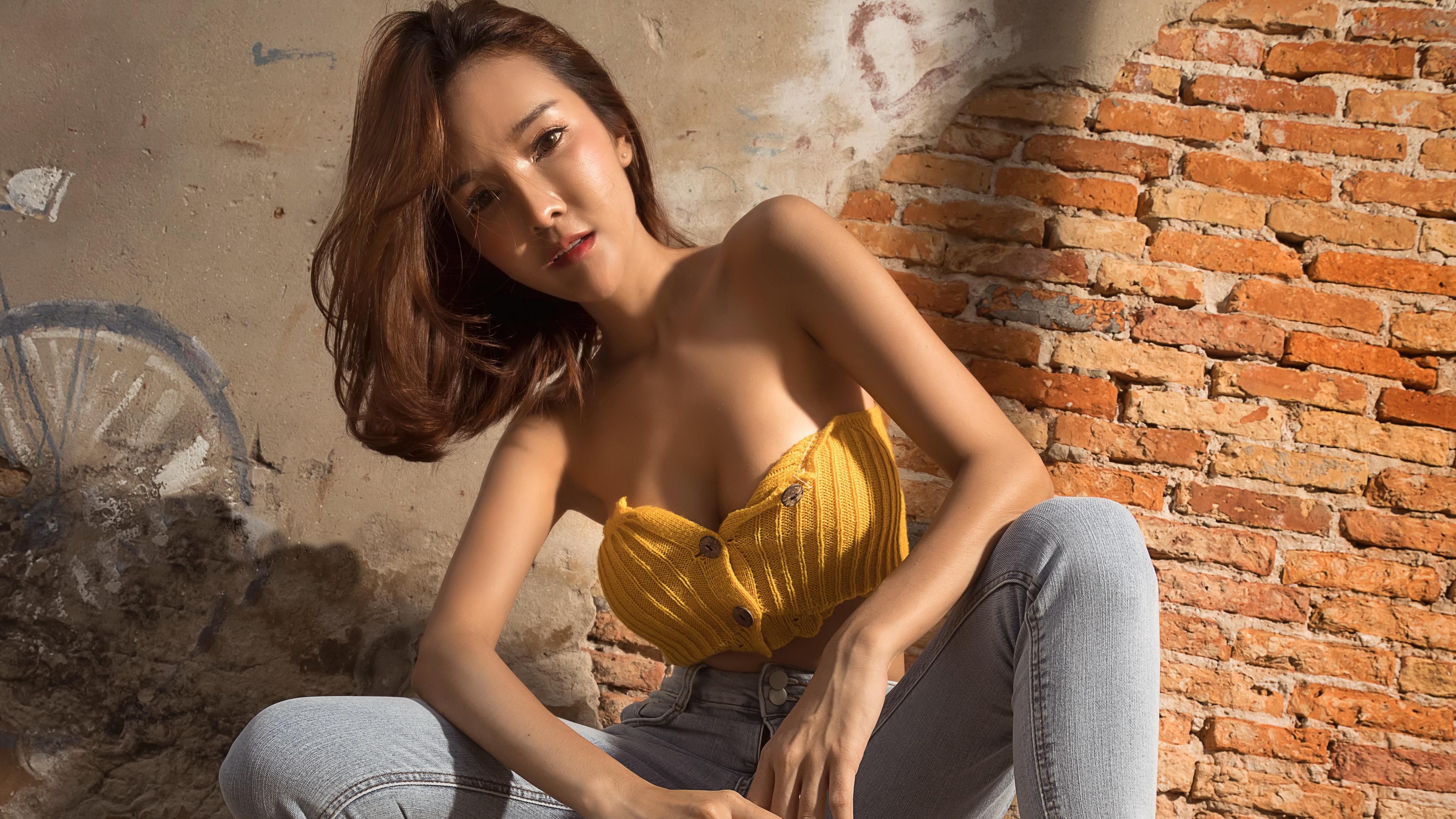Фотографии шатенки Поза Девушки азиатка из кирпича рука стенка сидящие смотрят 3840x2160 Шатенка позирует девушка молодая женщина молодые женщины Азиаты азиатки Кирпичный Руки сидя Сидит Стена стены стене Взгляд смотрит
