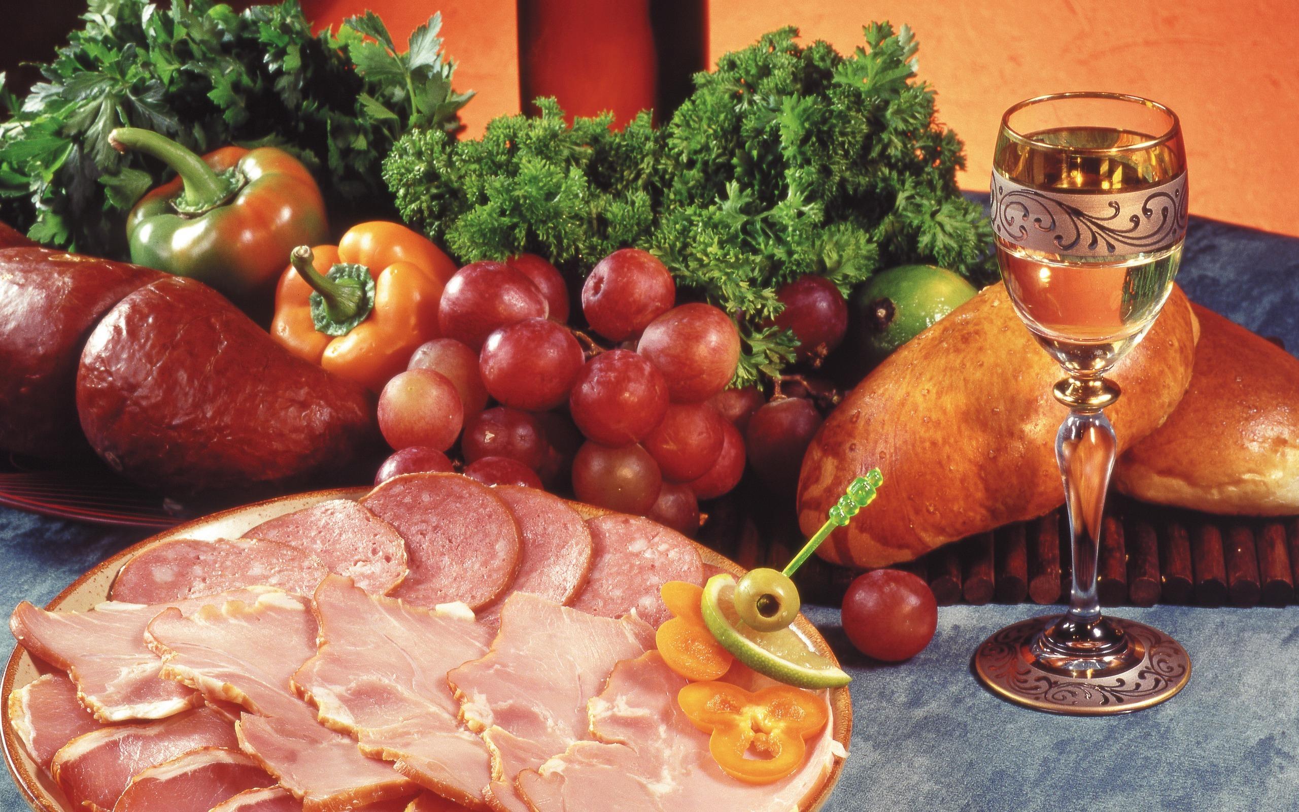 Стол накрытый хлеб яблоки финоград лук мясо перец бесплатно
