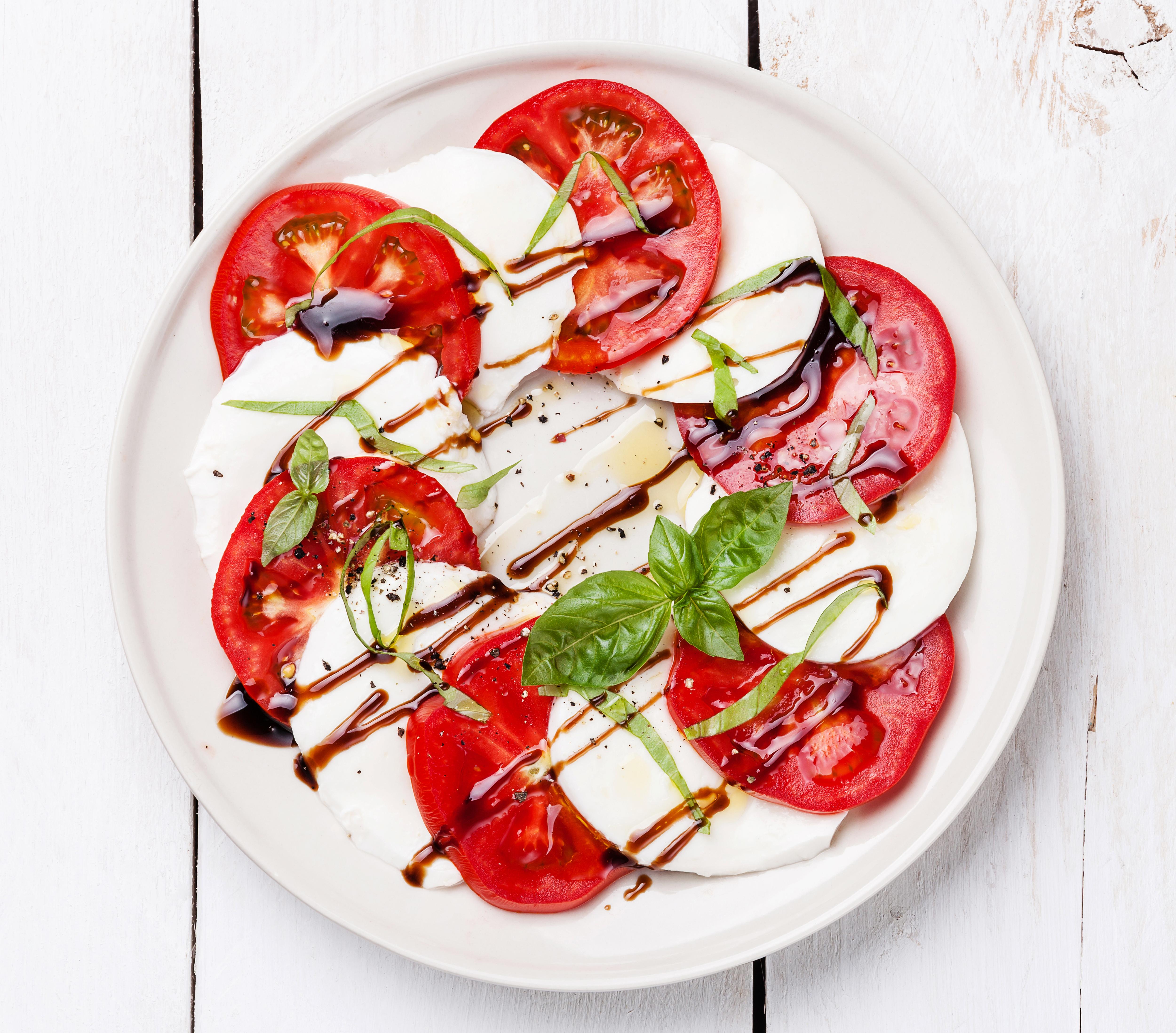 Фото Помидоры Сыры Еда тарелке Нарезанные продукты Томаты Пища нарезка Тарелка Продукты питания