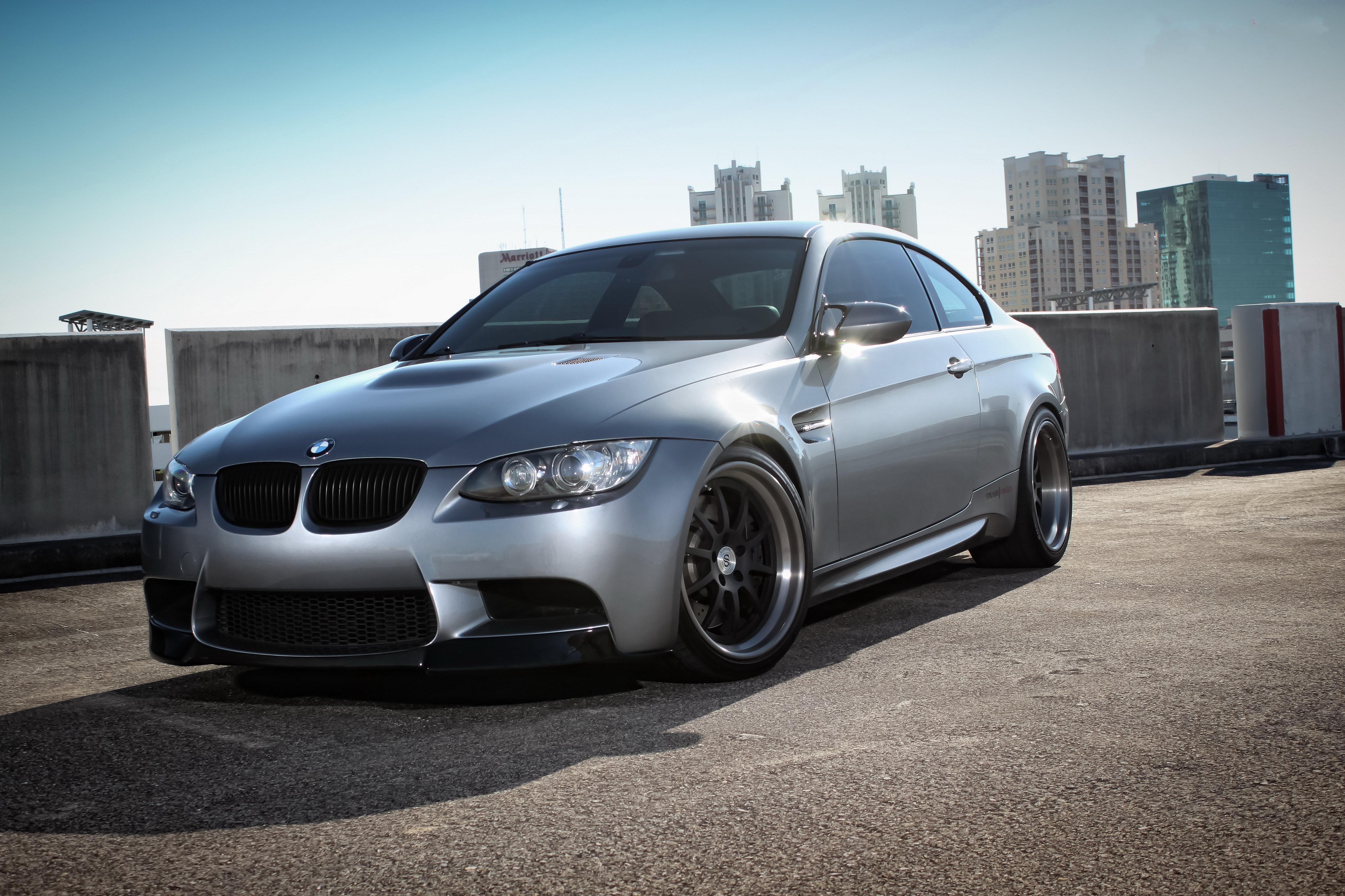Серебристый BMW бесплатно