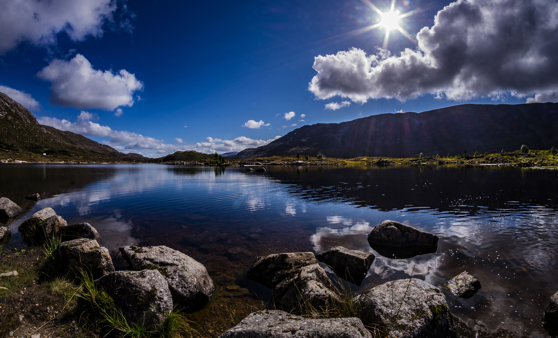 Картинка Шотландия Achallader гора солнца Природа Озеро Камни облачно 2340x1420 Горы Солнце Камень облако Облака