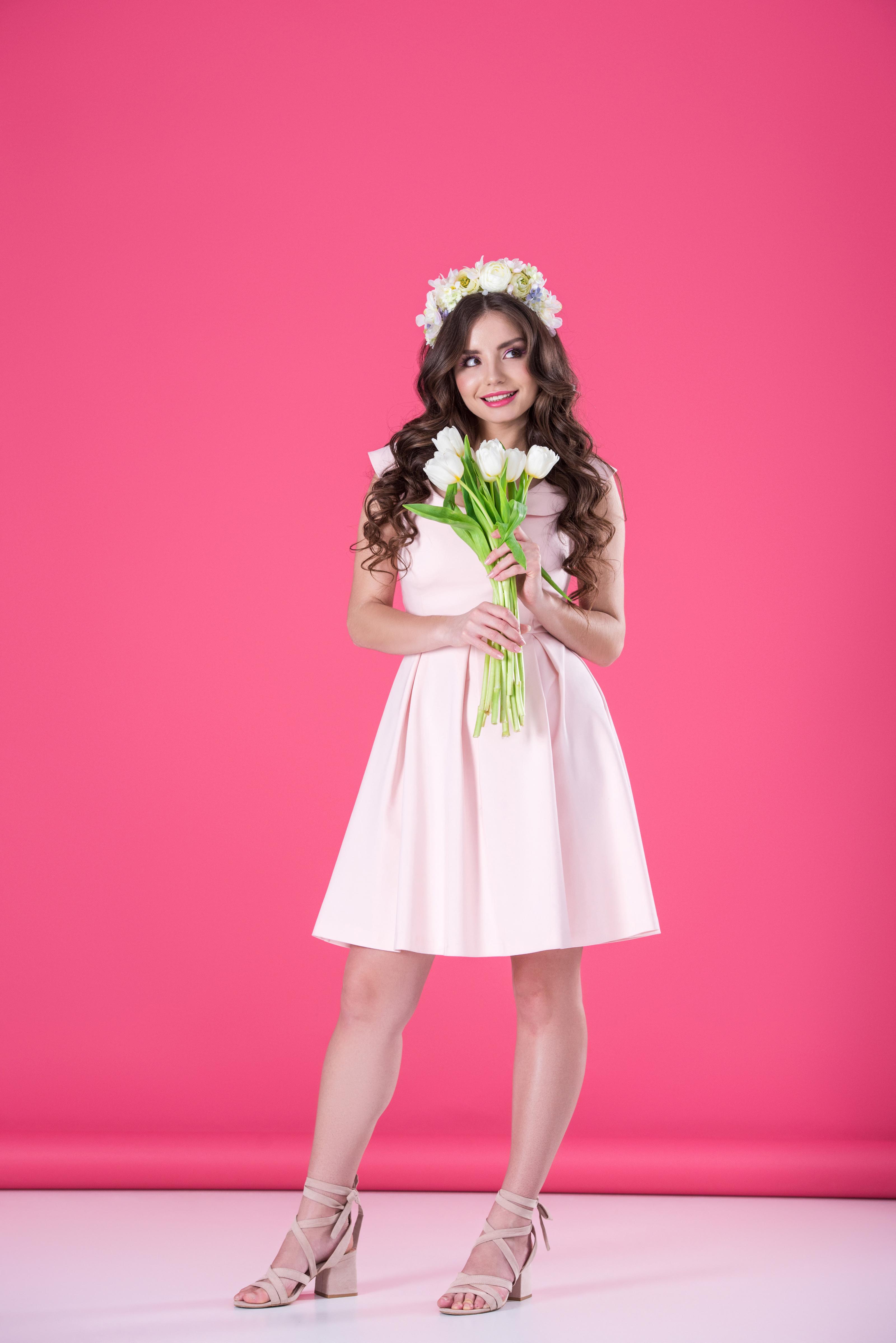 Картинки шатенки Улыбка Тюльпаны молодые женщины Платье Цветной фон 3200x4795 для мобильного телефона Шатенка улыбается Девушки девушка тюльпан молодая женщина платья