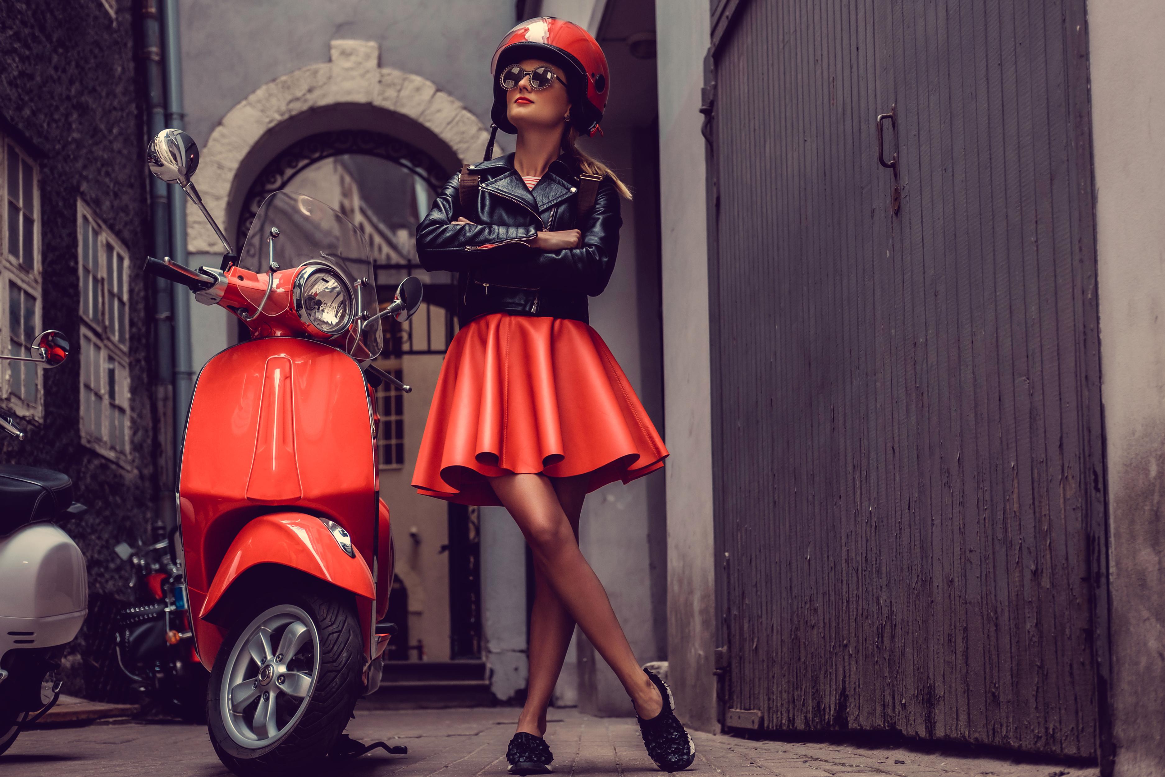 Обои для рабочего стола юбки Мотороллер в шлеме Куртка Девушки Мотоциклист очков юбке Юбка Скутер Шлем шлема куртке куртки куртках девушка молодая женщина молодые женщины Очки очках