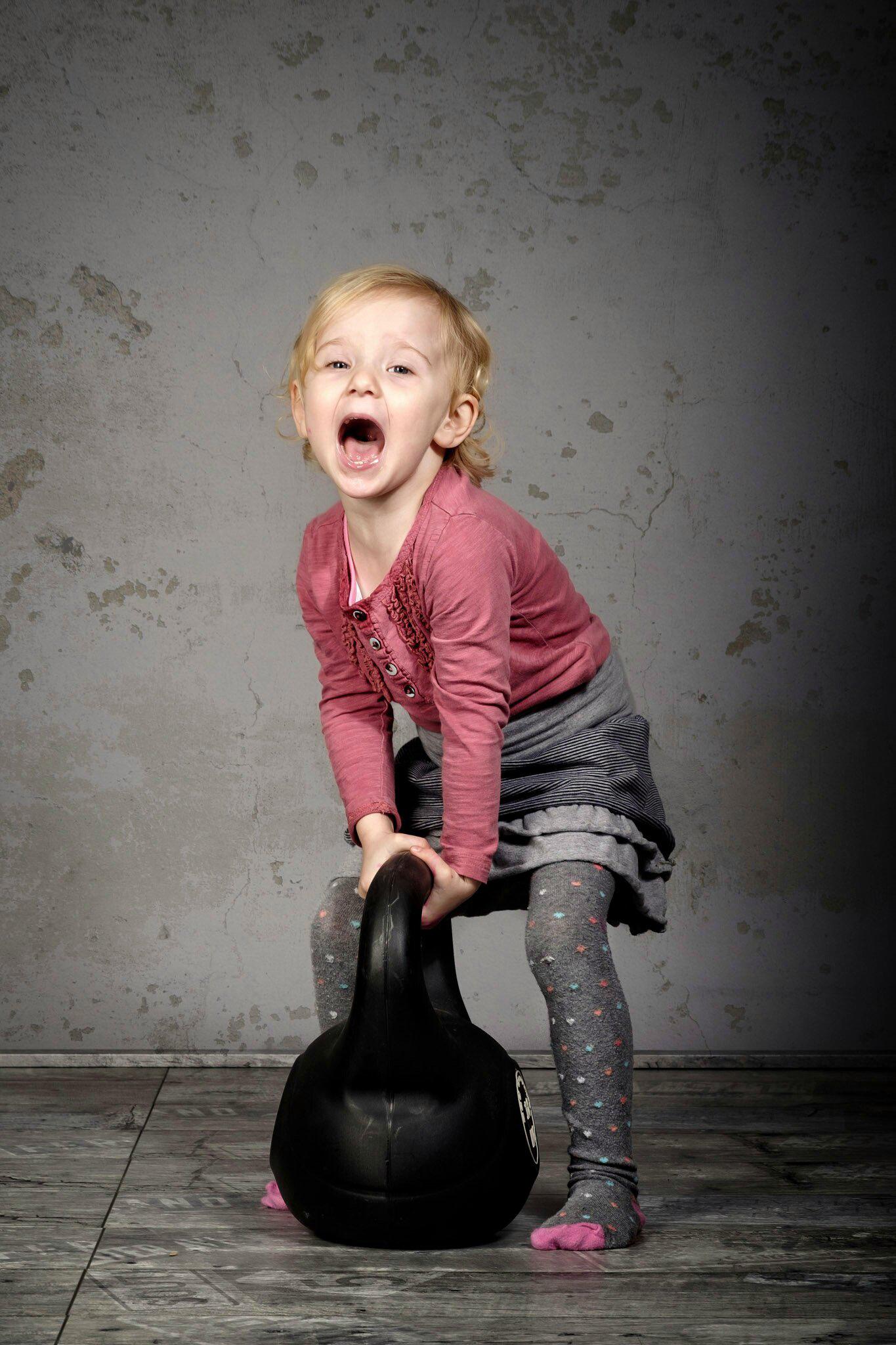 Картинки Дети девочка Крик Гиря гантелей  для мобильного телефона ребёнок Девочки кричат кричит Гантели гантель гантеля гантелями