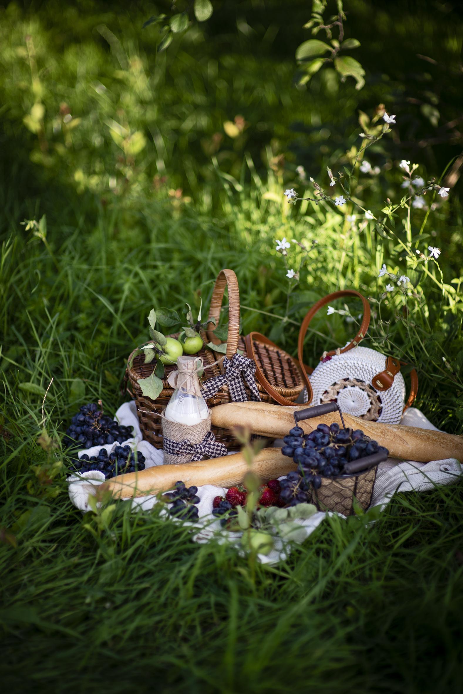 Обои для рабочего стола Молоко Пикник Хлеб Яблоки Корзина Виноград Пища бутылки  для мобильного телефона пикнике корзины Корзинка Еда Бутылка Продукты питания