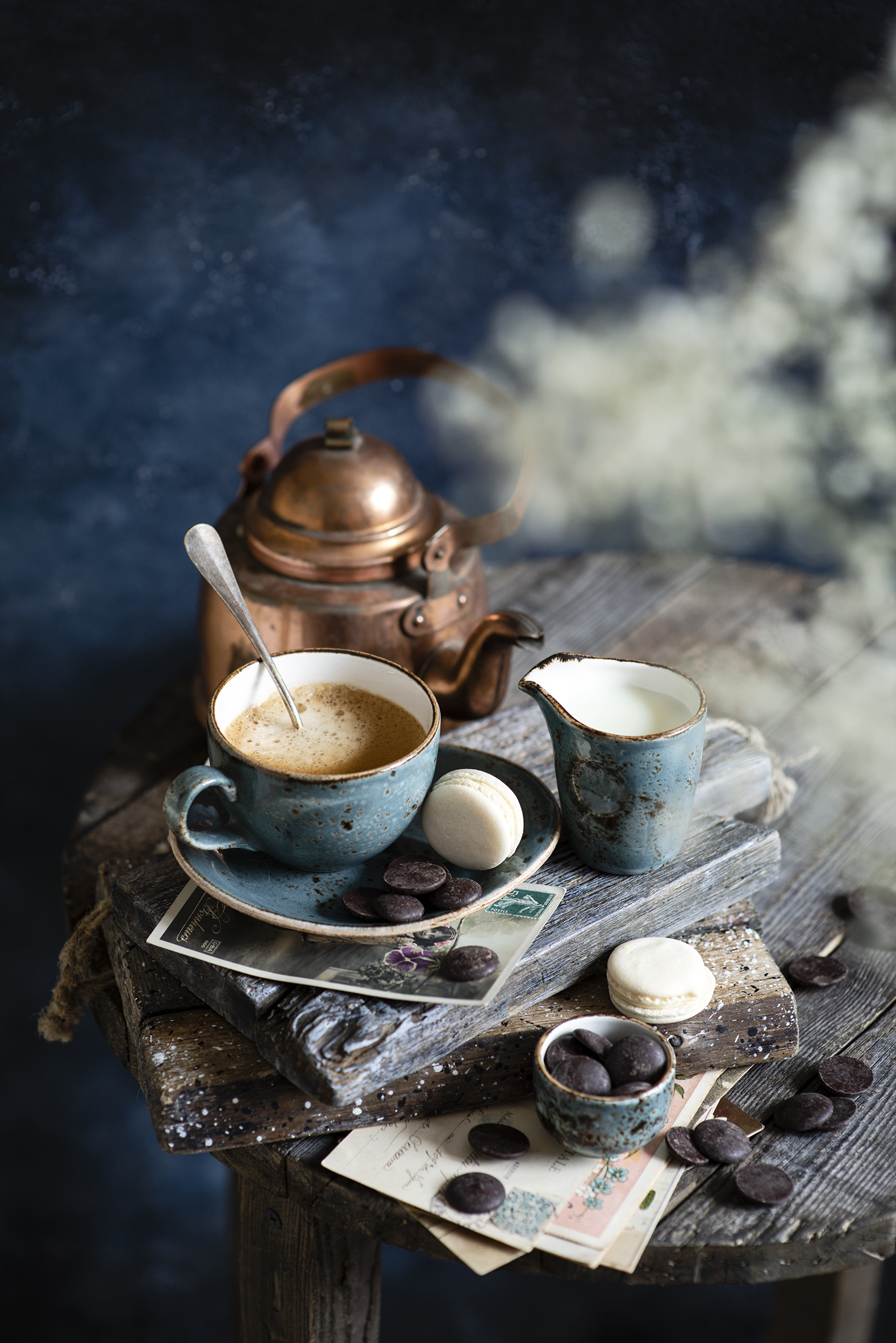Картинки Молоко Макарон Шоколад Кофе Капучино Чайник кувшины чашке Продукты питания  для мобильного телефона Кувшин Еда Пища Чашка