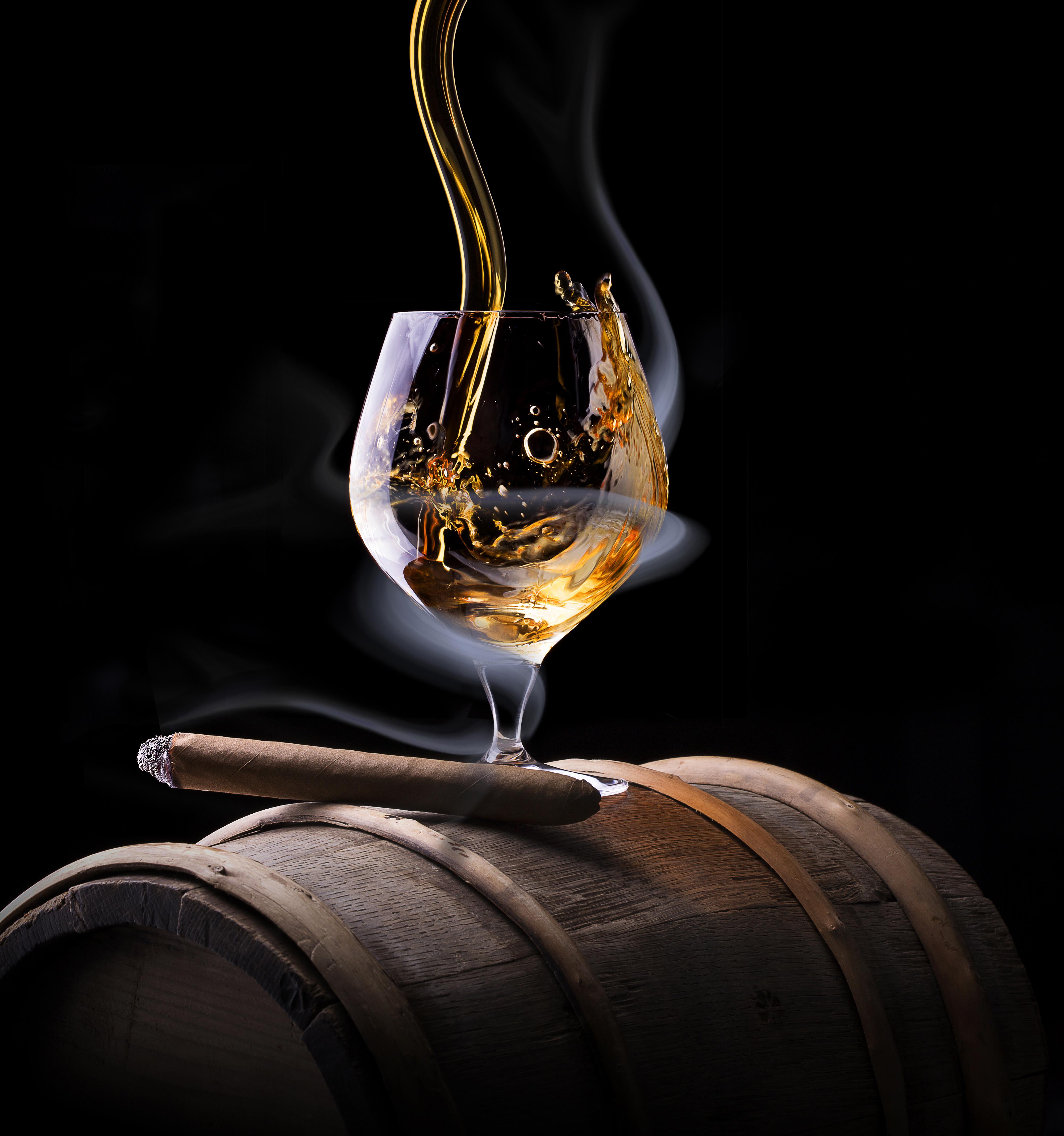 Фотографии сигары Алкогольные напитки Виски Дым Бокалы Продукты питания на черном фоне 4000x4267 Сигара сигарой Еда Пища дымит бокал Черный фон