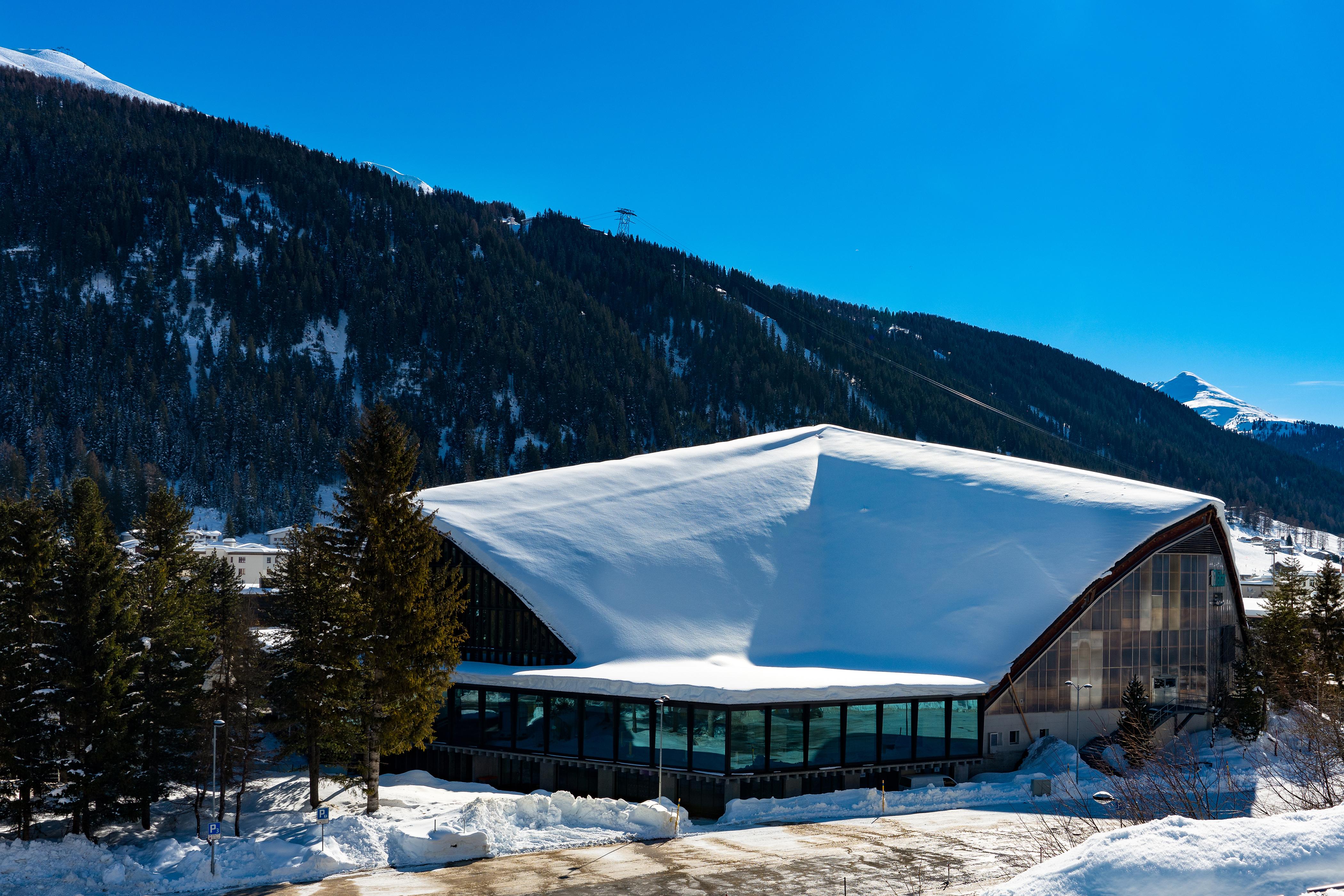 Картинка Швейцария Davos Горы зимние снегу город Здания Зима Снег снеге снега Дома Города