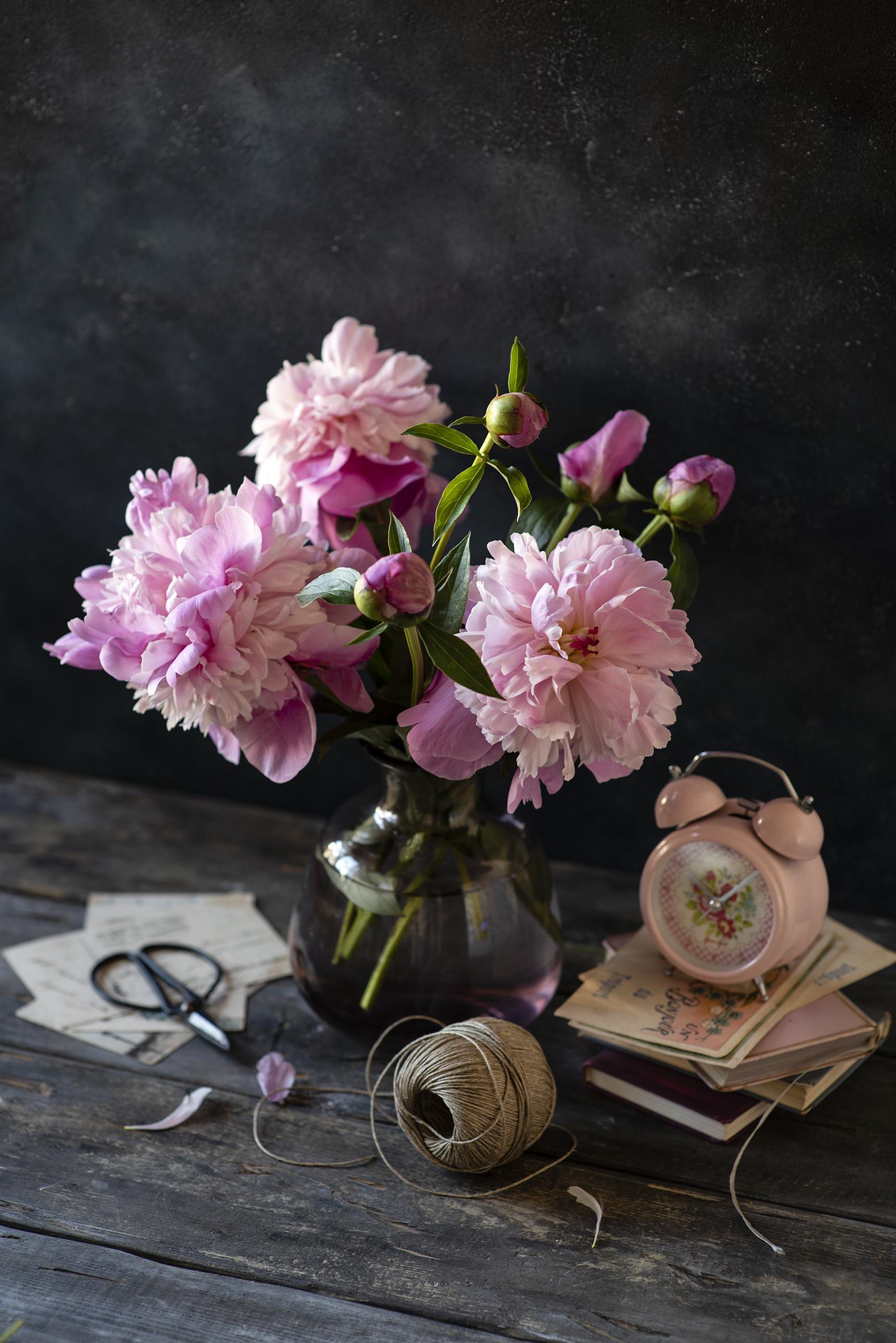 Картинка Часы розовая Пионы цветок Будильник Ваза книги Бутон Доски  для мобильного телефона Розовый розовые розовых пион Цветы вазе вазы Книга