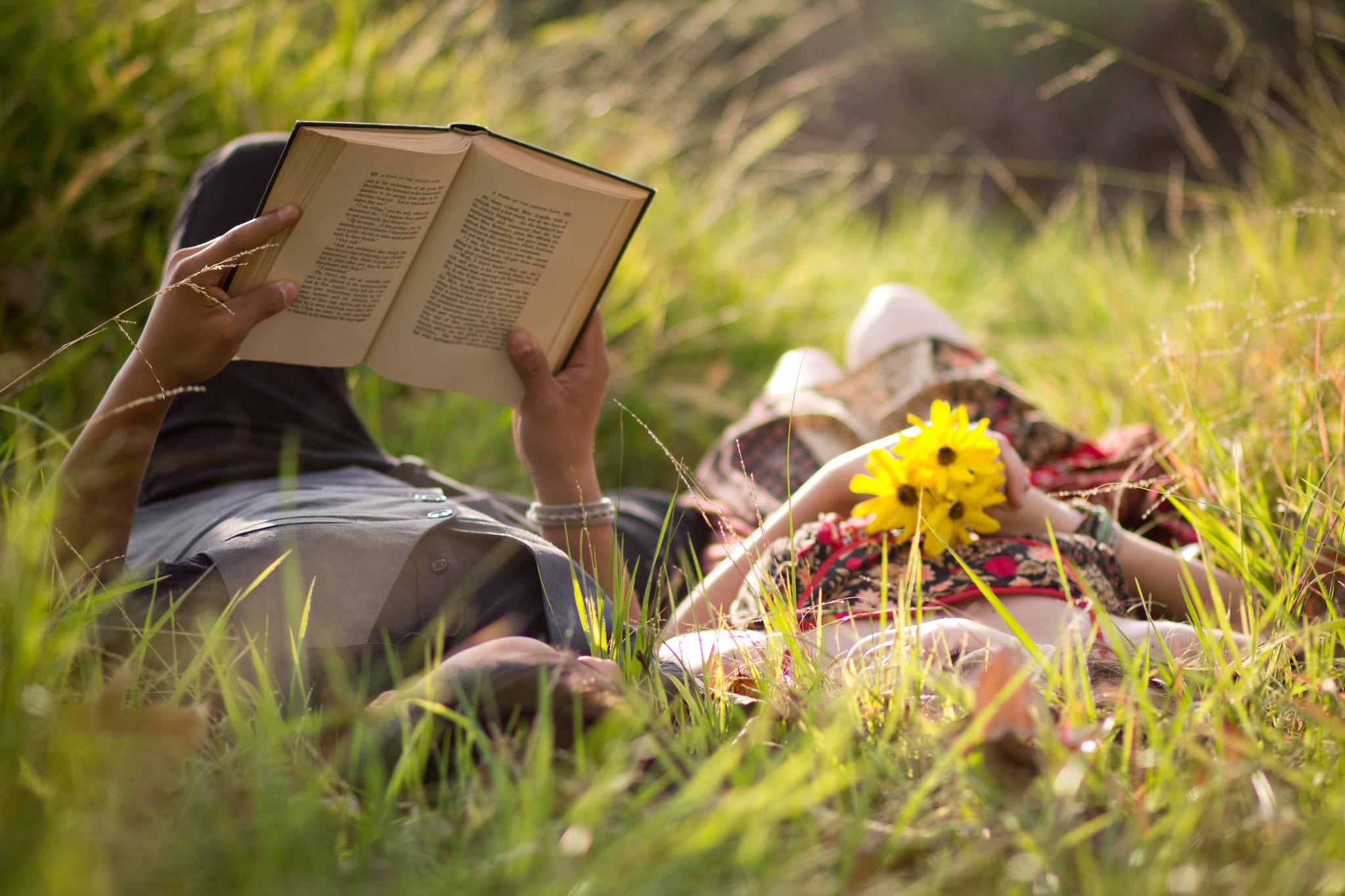 Девушка с книгой на траве загрузить