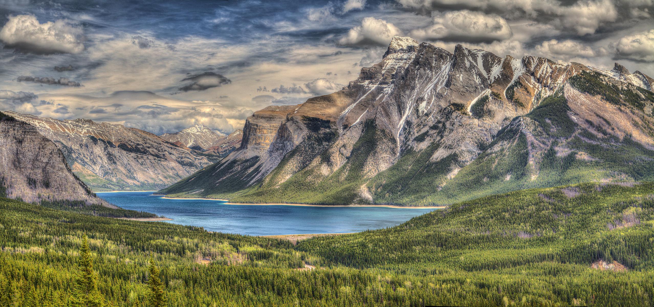 Озеро у подножья горы бесплатно