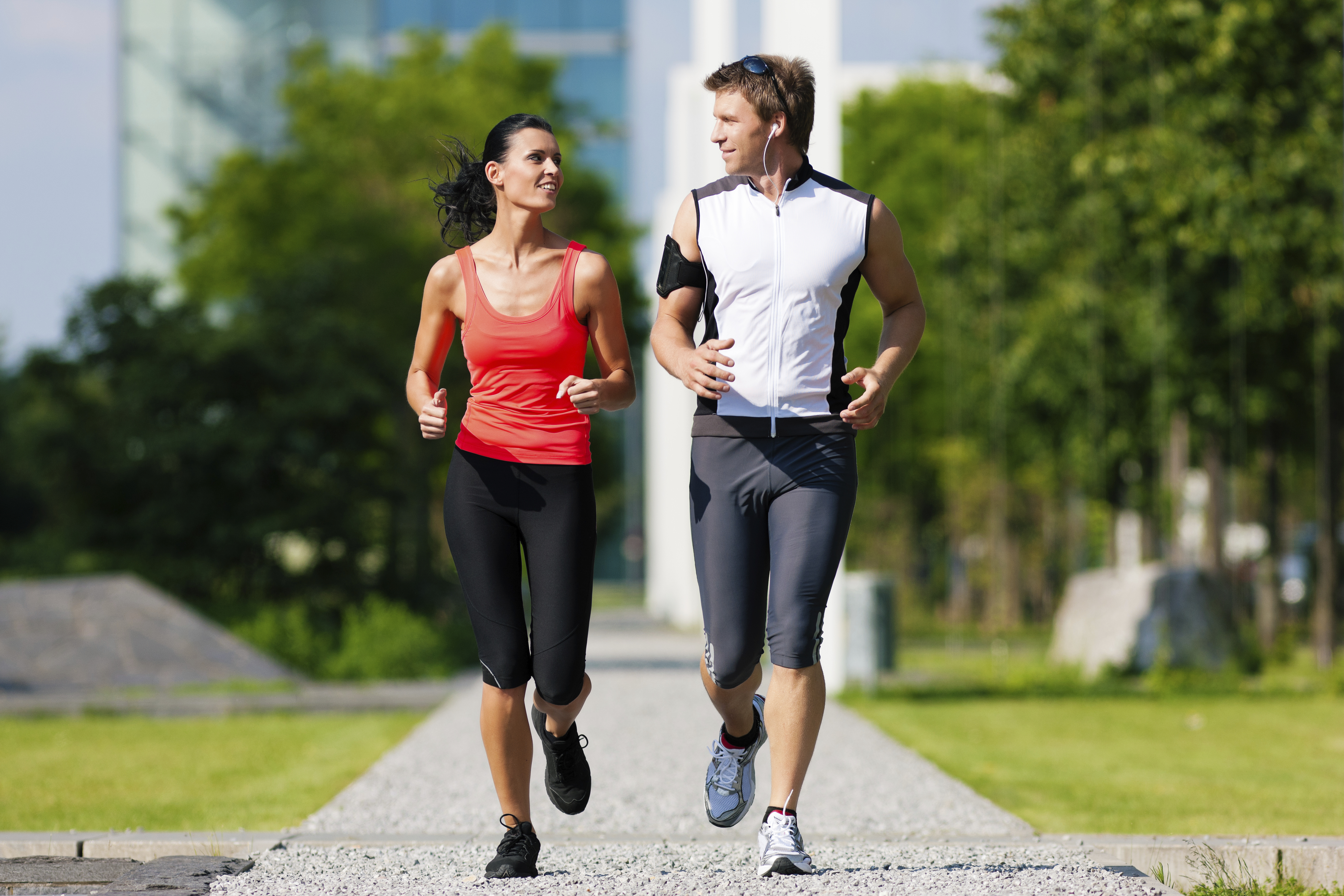 the advantages of running To reap the health benefits of running, you must be running fast enough to raise your heart rate, yet stay able to carry out a conversation while running gradually increase your running pace to allow your body to adapt 6 health benefits of running 1 running improves your heart condition.