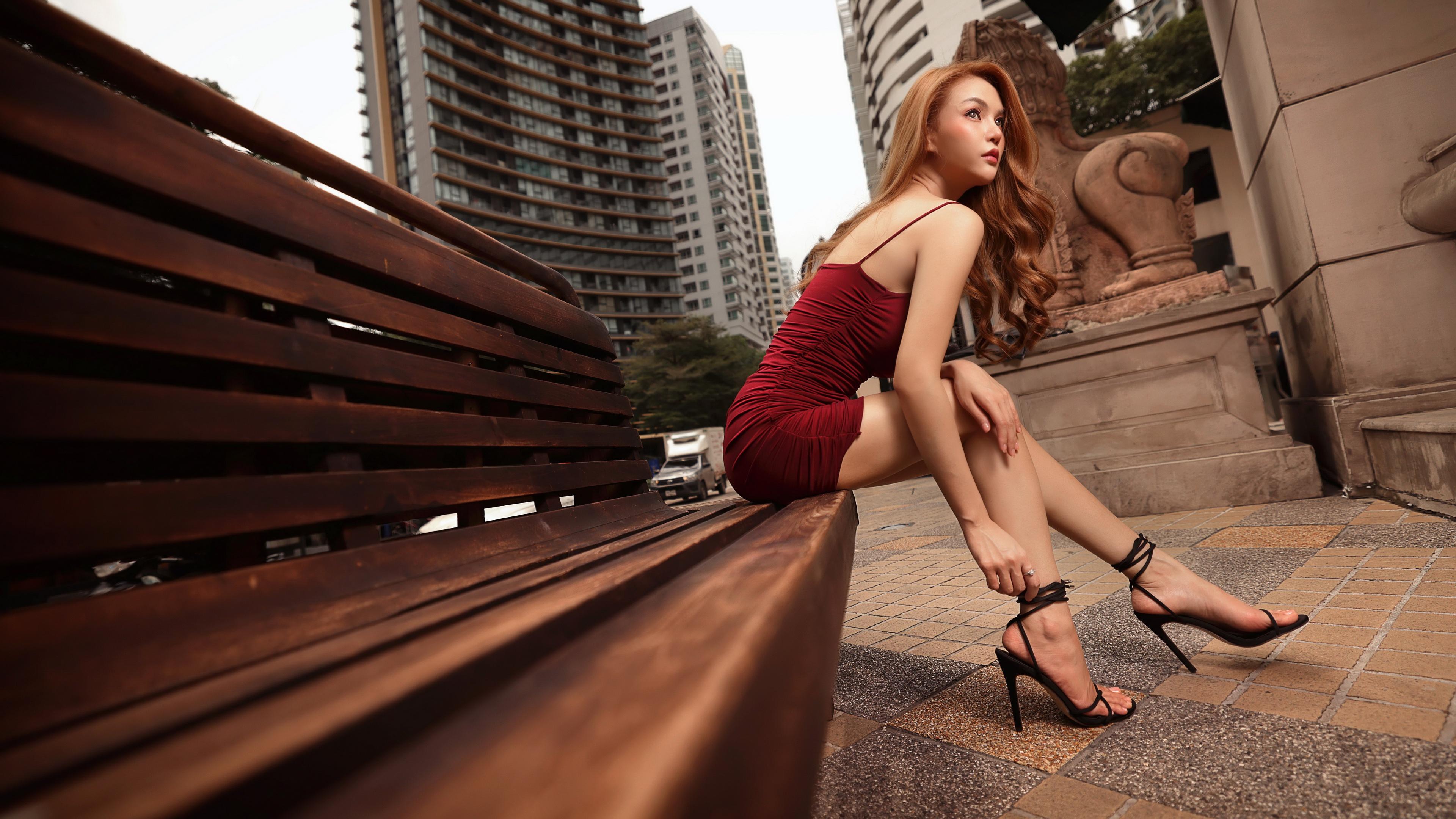 Обои для рабочего стола Шатенка молодые женщины Ноги Азиаты рука Сидит Скамейка платья Туфли 3840x2160 шатенки девушка Девушки молодая женщина ног азиатки азиатка Руки сидя Скамья сидящие Платье туфель туфлях