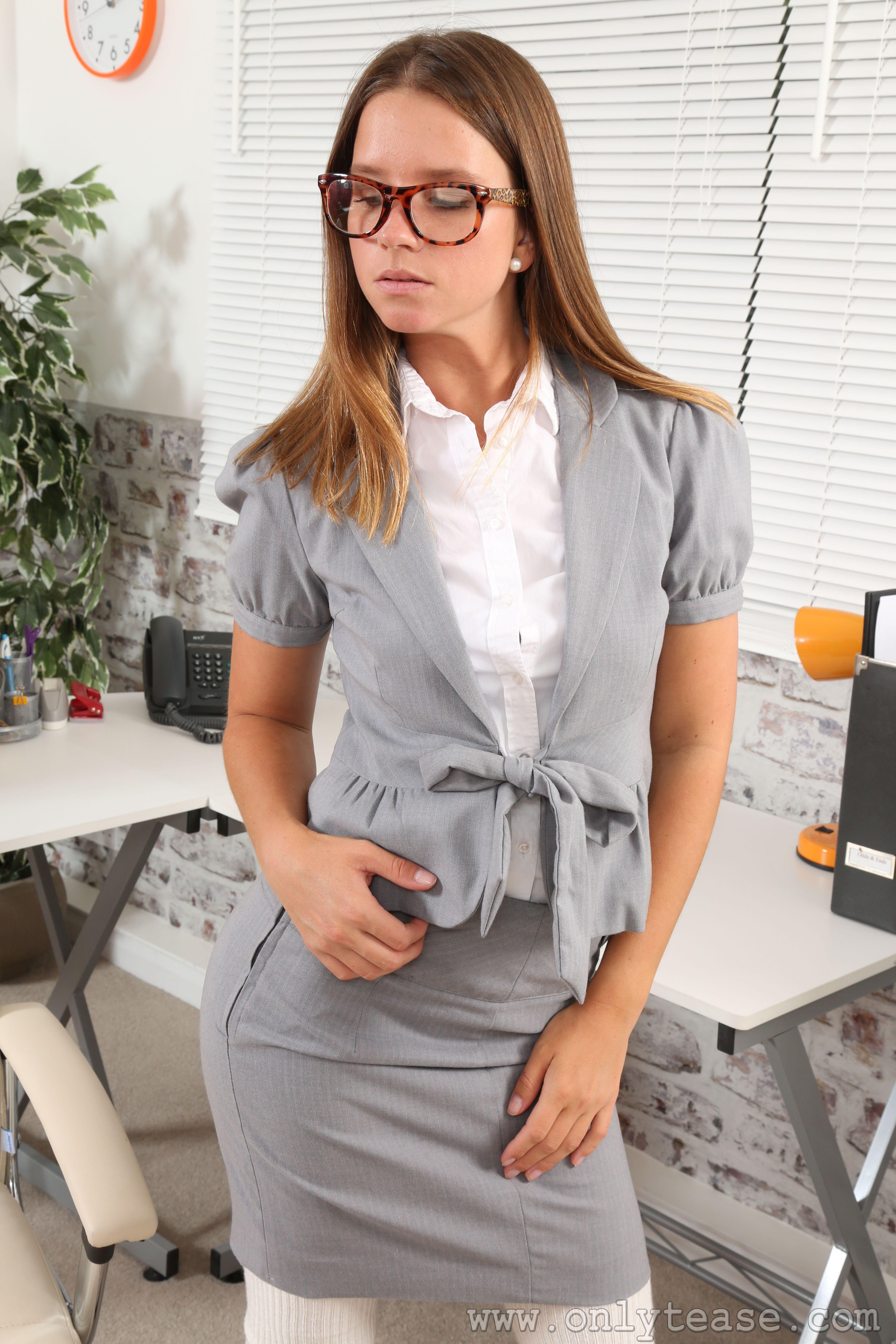 Фотографии Vanessa A Only шатенки секретарша девушка Руки очков 3744x5616 для мобильного телефона Шатенка Секретарши Девушки молодая женщина молодые женщины Очки рука очках
