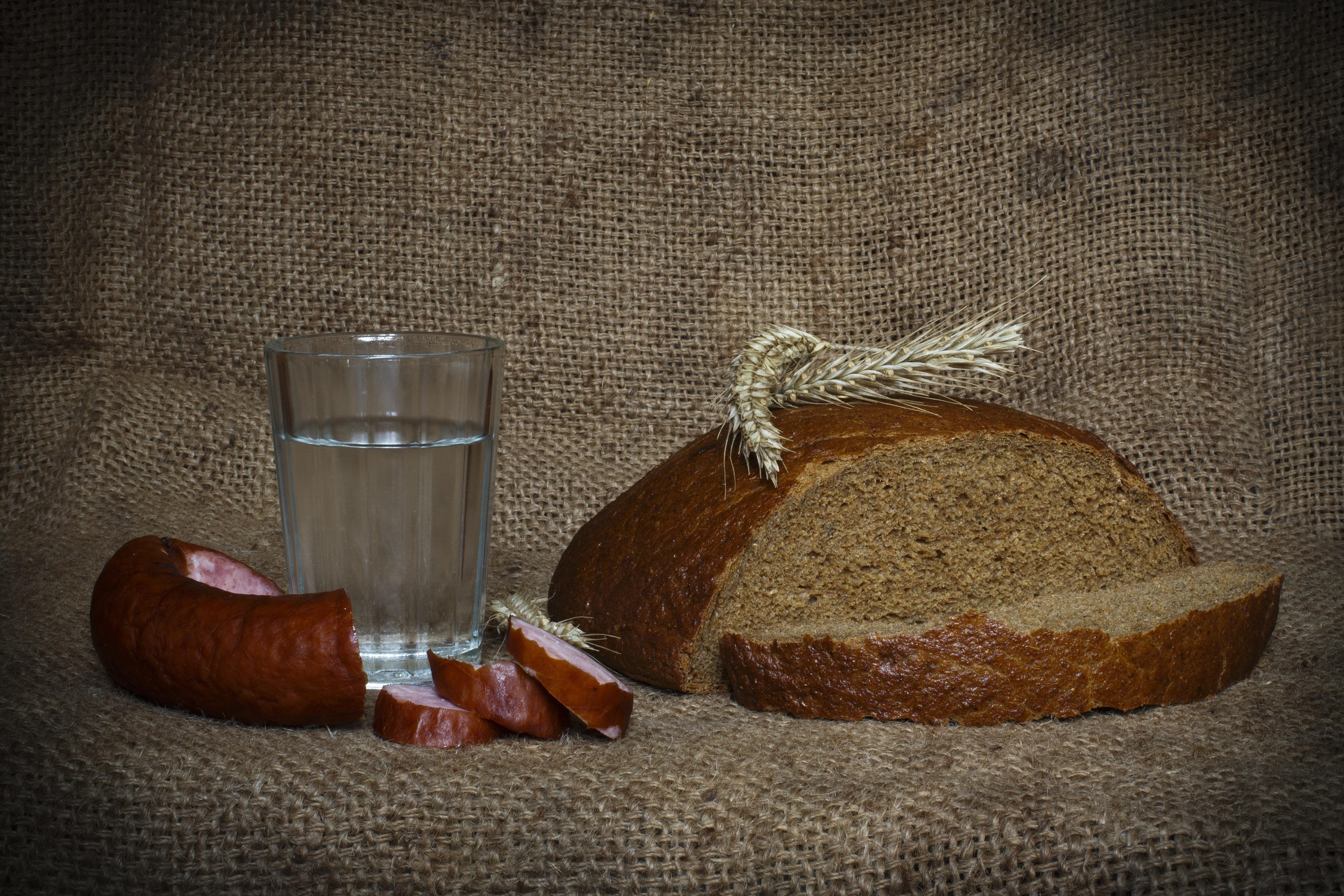 Обои для рабочего стола Водка Колбаса Хлеб Стакан колоски Еда Нарезанные продукты 4372x2915 Колос колосья колосок стакана стакане Пища нарезка Продукты питания