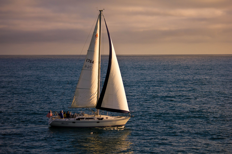 парусная яхта в океане фото