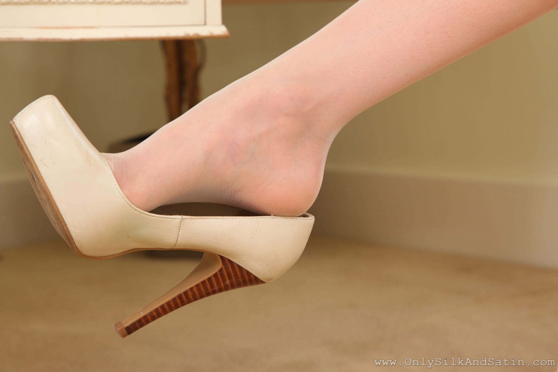 Фотографии Колготки девушка Ноги вблизи туфель колготок колготках Девушки молодая женщина молодые женщины ног Крупным планом Туфли туфлях