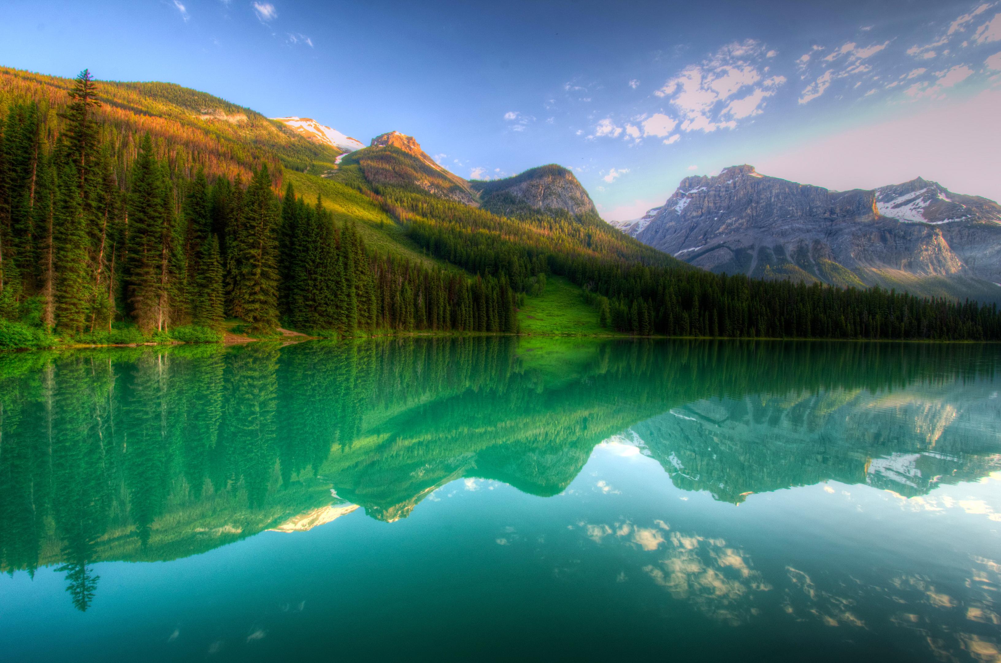 природа озеро горы скалы деревья отражение скачать