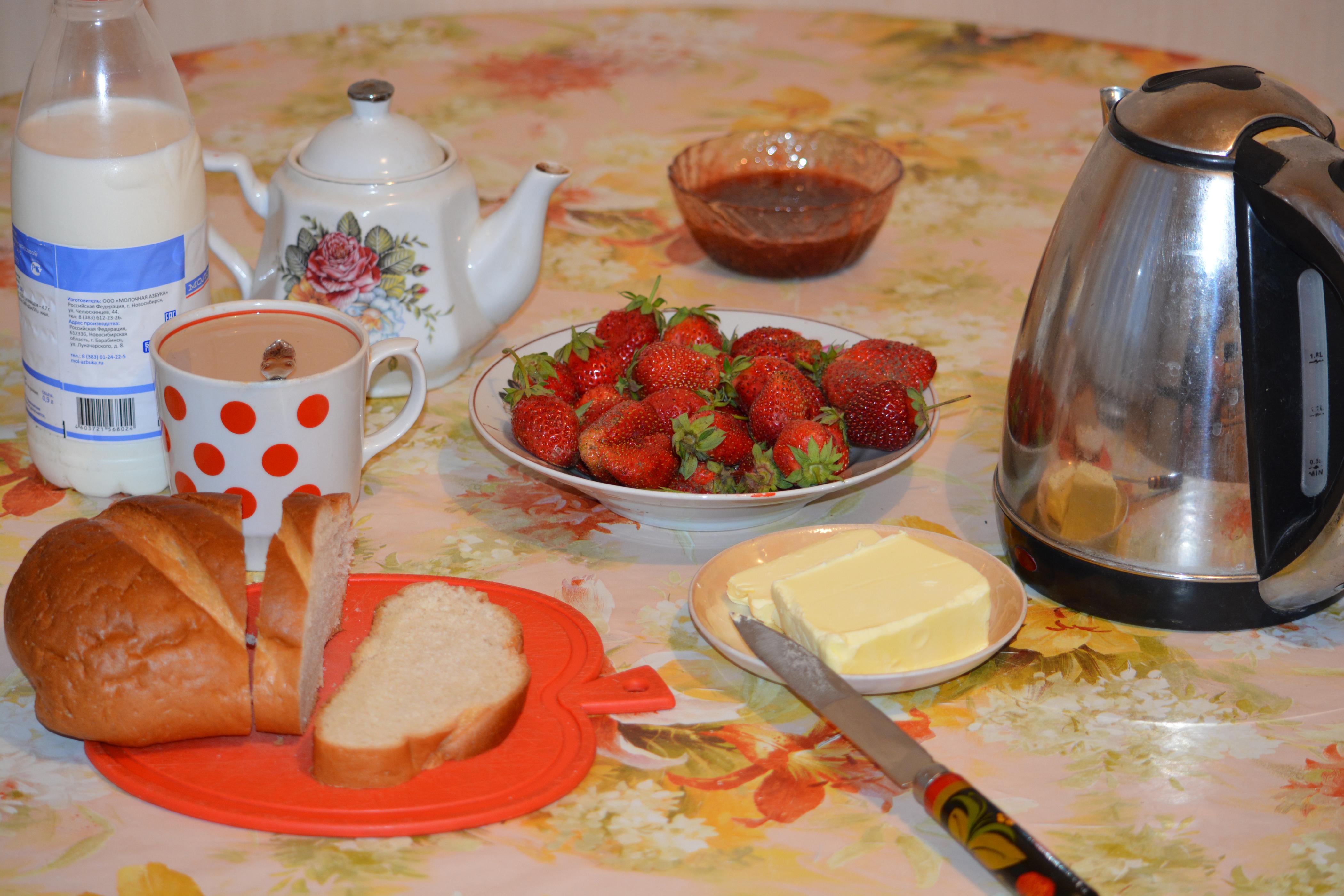 Фотография Молоко Завтрак Хлеб Чайник Клубника Еда Чашка напиток 4200x2800 Пища чашке Продукты питания Напитки