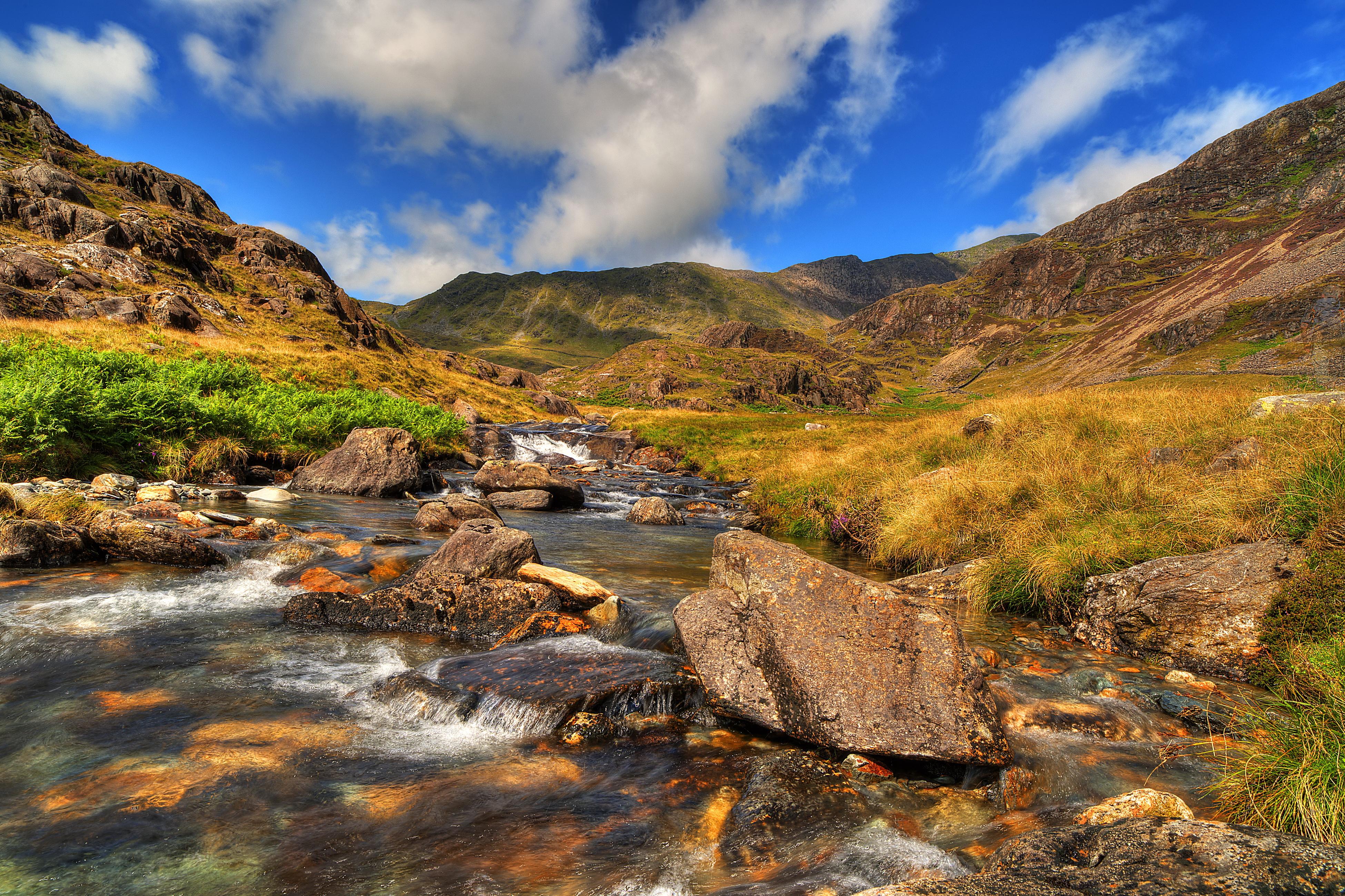природа река камни трава Сноудон гора скачать