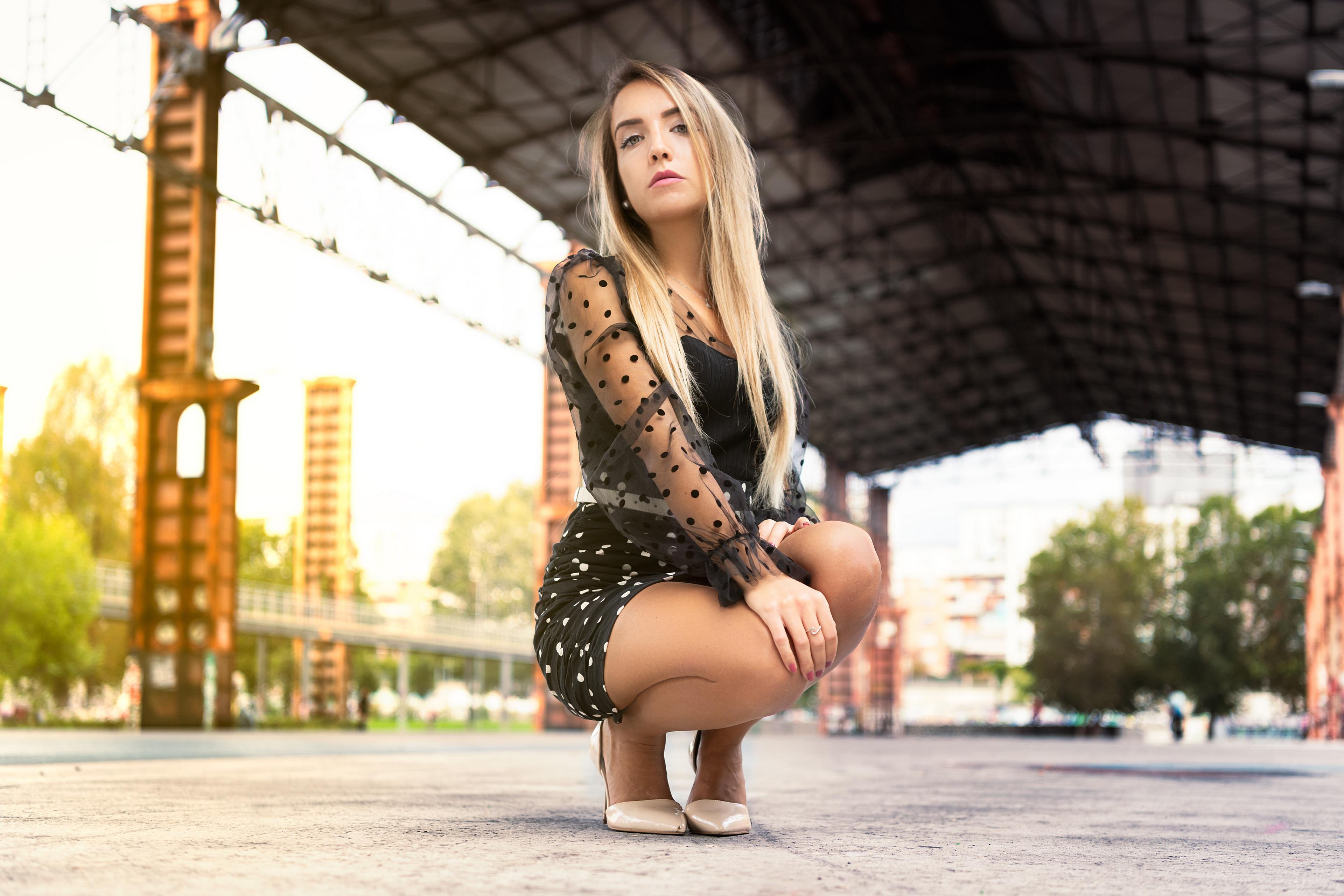Обои для рабочего стола блондинок Federica Девушки сидящие Взгляд платья 3840x2560 блондинки Блондинка девушка молодая женщина молодые женщины сидя Сидит смотрит смотрят Платье