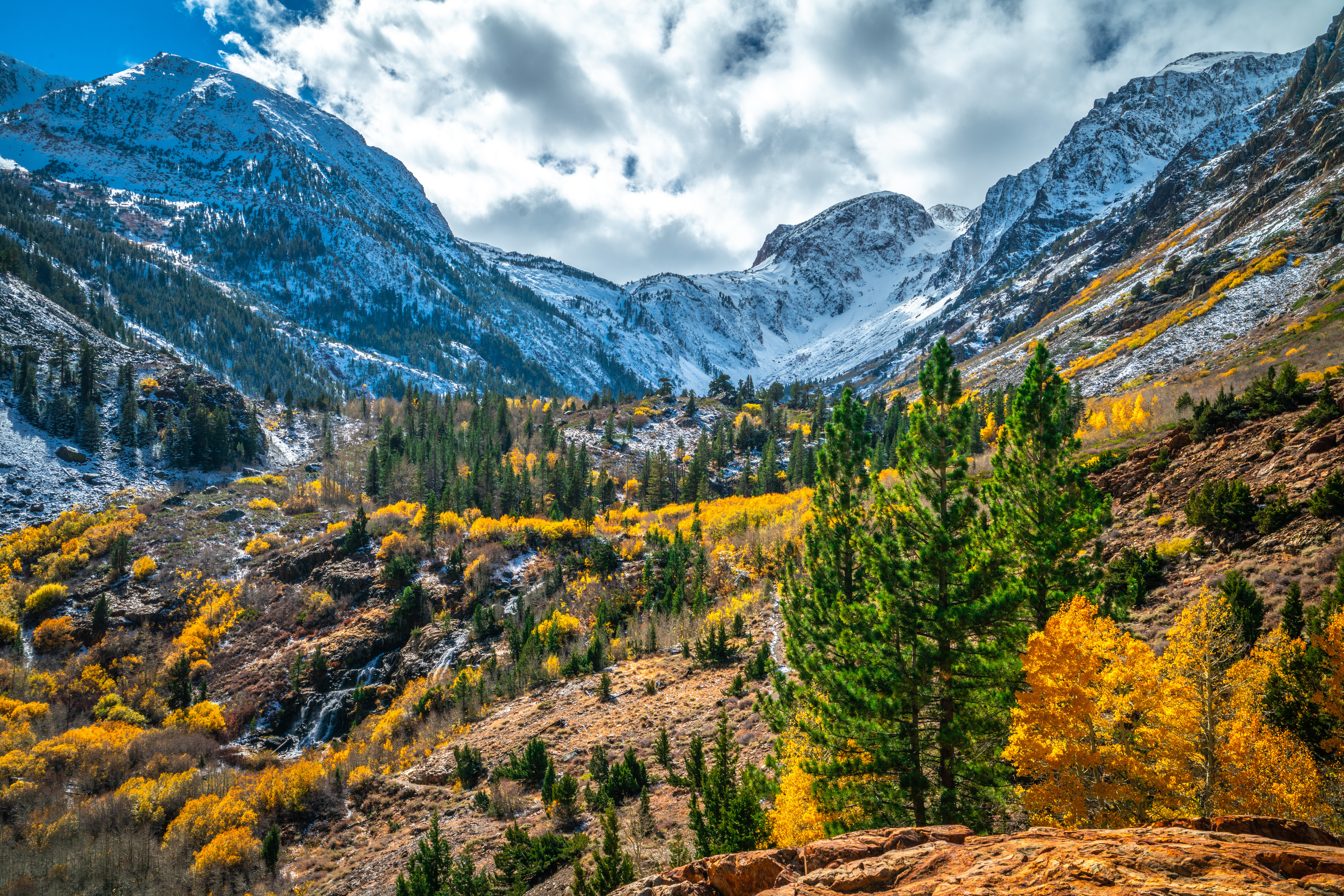 Обои для рабочего стола калифорнии штаты Lundy Canyon Горы осенние Природа облако 5120x3415 Калифорния США америка гора Осень Облака облачно