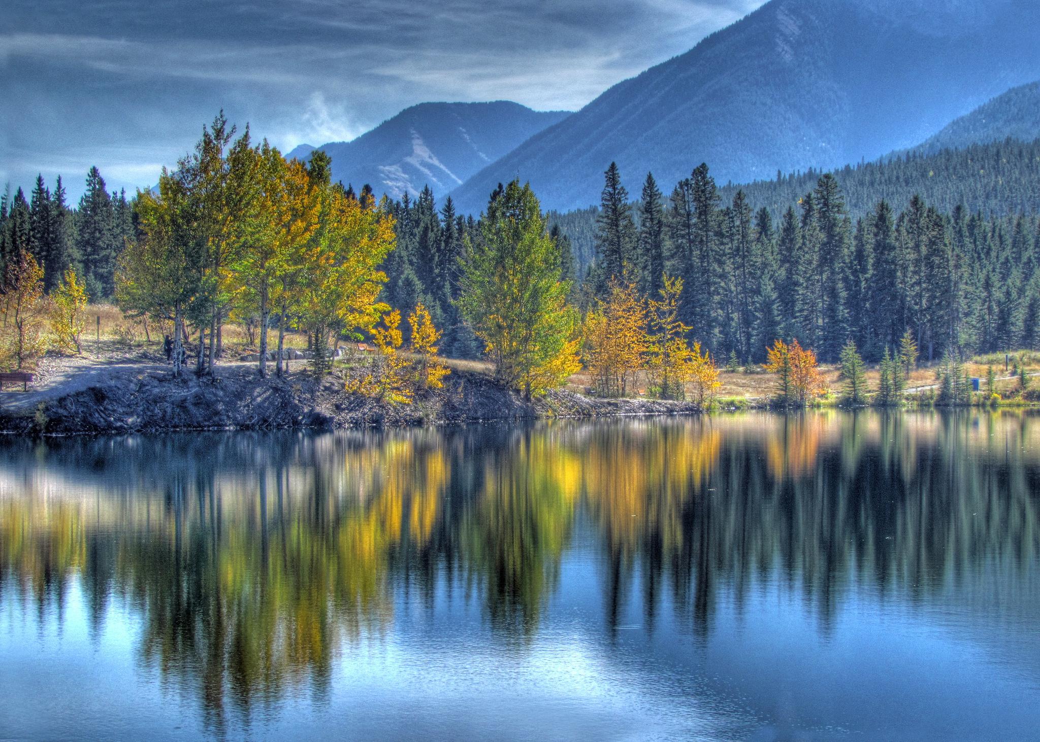 Фотография Канада canmore alberta HDRI Горы Осень Природа лес Озеро Пейзаж дерева 2048x1463 HDR гора осенние Леса дерево Деревья деревьев