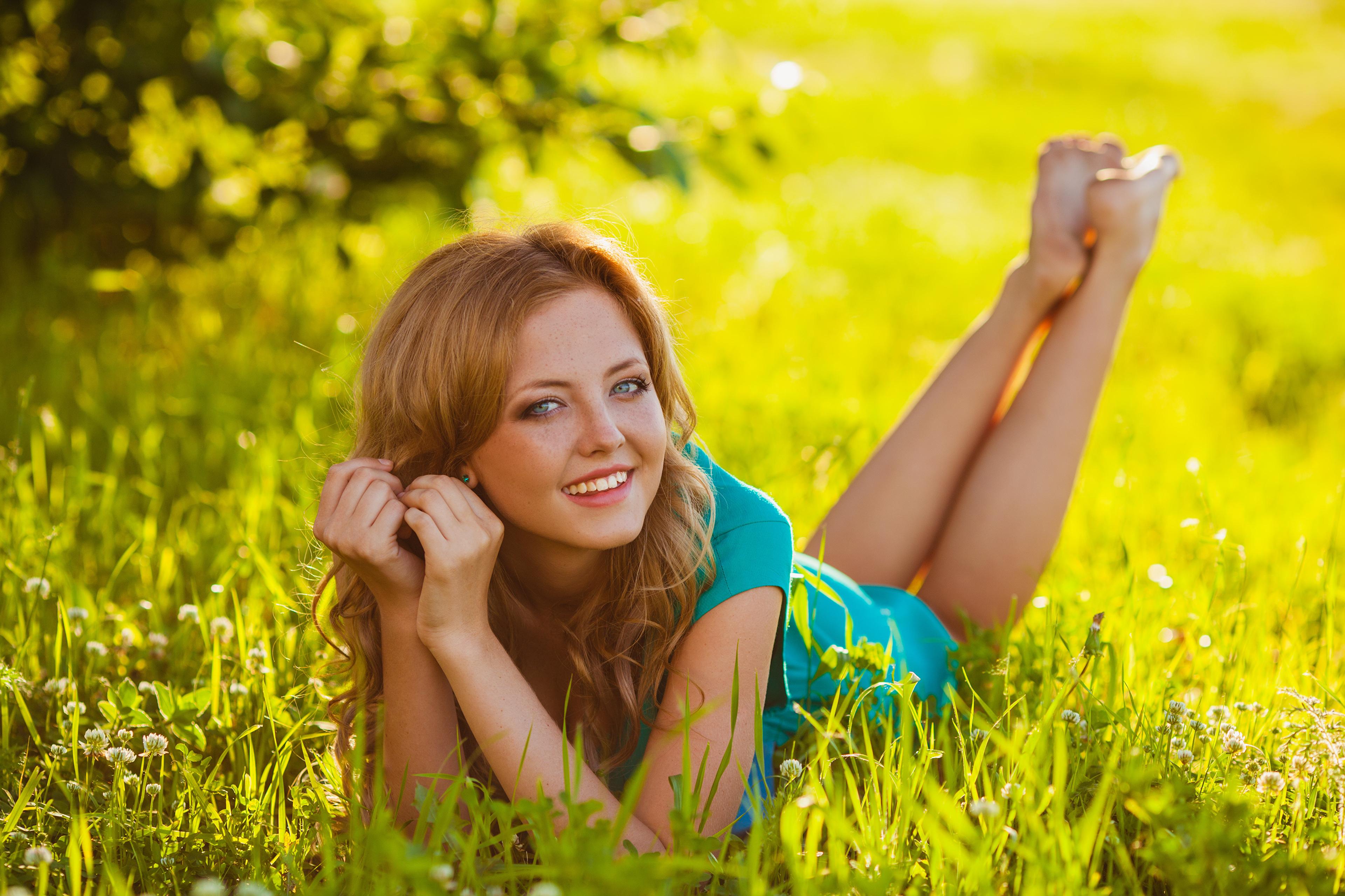 Картинка Улыбка лежат девушка Ноги Руки Трава Взгляд 3840x2560 улыбается лежа Лежит лежачие Девушки молодая женщина молодые женщины ног рука траве смотрит смотрят