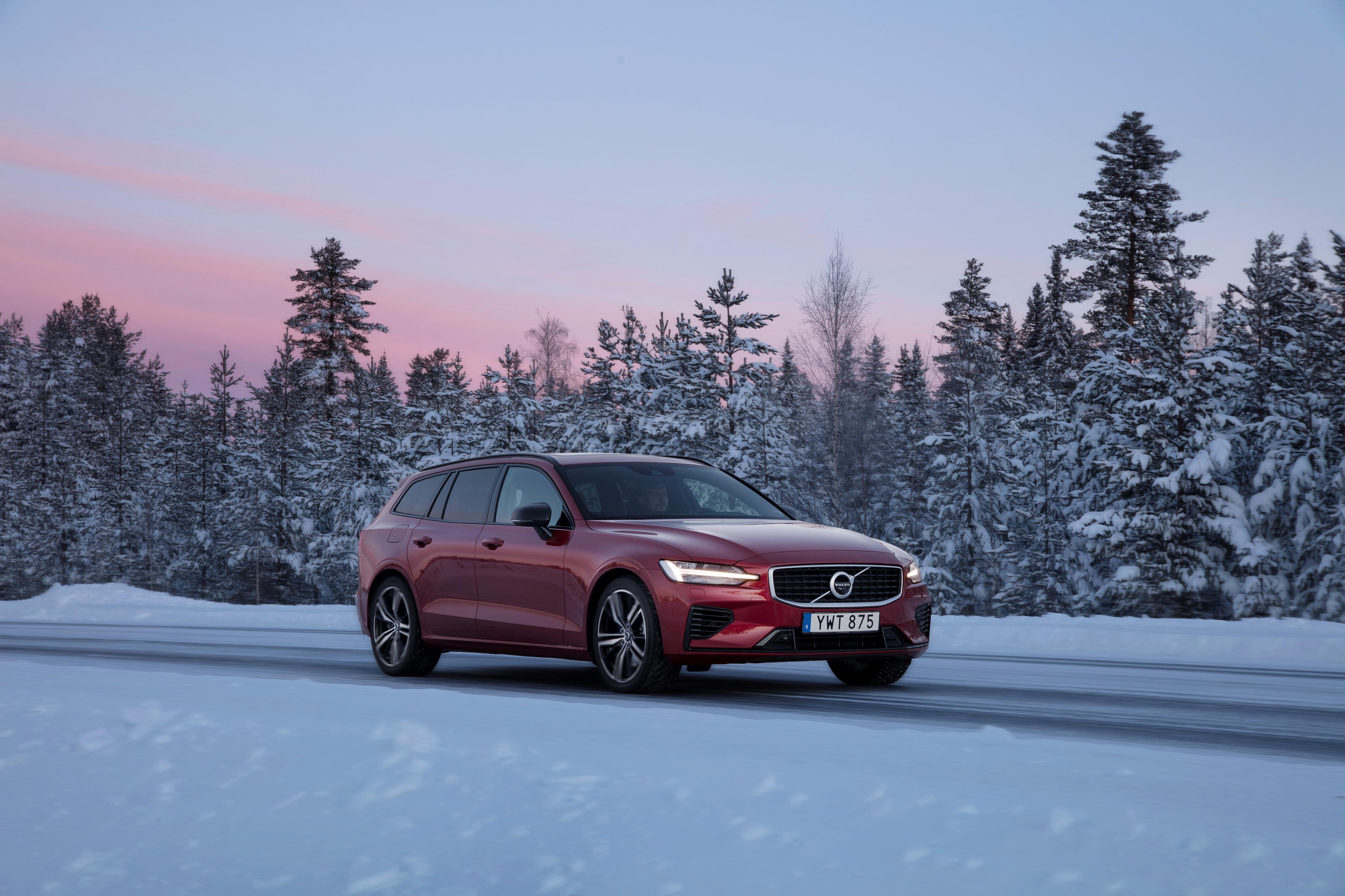 Картинки Вольво 2018-19 V60 T8 R-Design Worldwide бордовые авто Металлик Volvo бордовая Бордовый темно красный машина машины автомобиль Автомобили