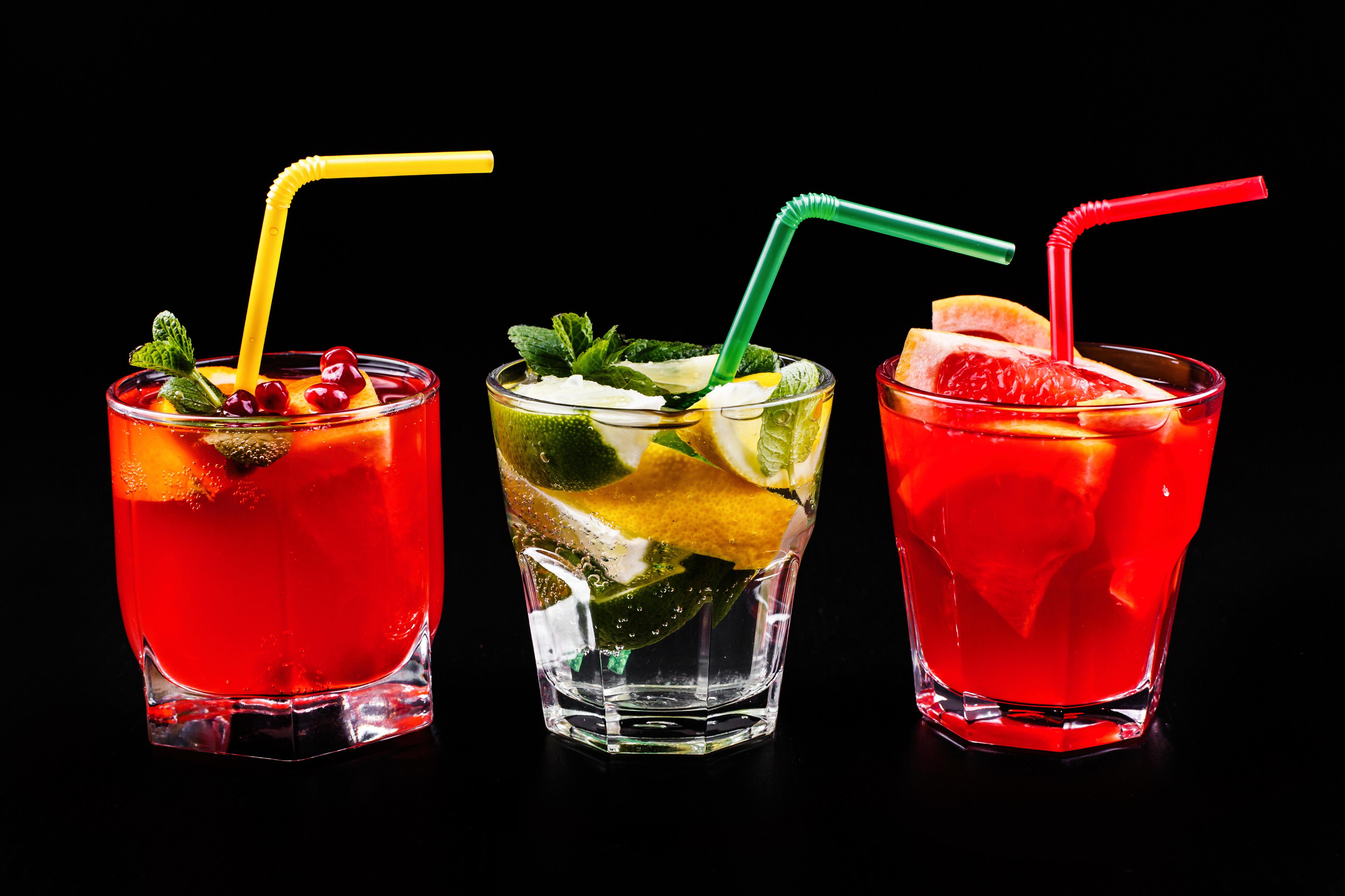 Картинки Алкогольные напитки стакана Еда три рюмки Коктейль Цитрусовые на черном фоне 4996x3331 Стакан стакане Пища Рюмка Трое 3 втроем Продукты питания Черный фон