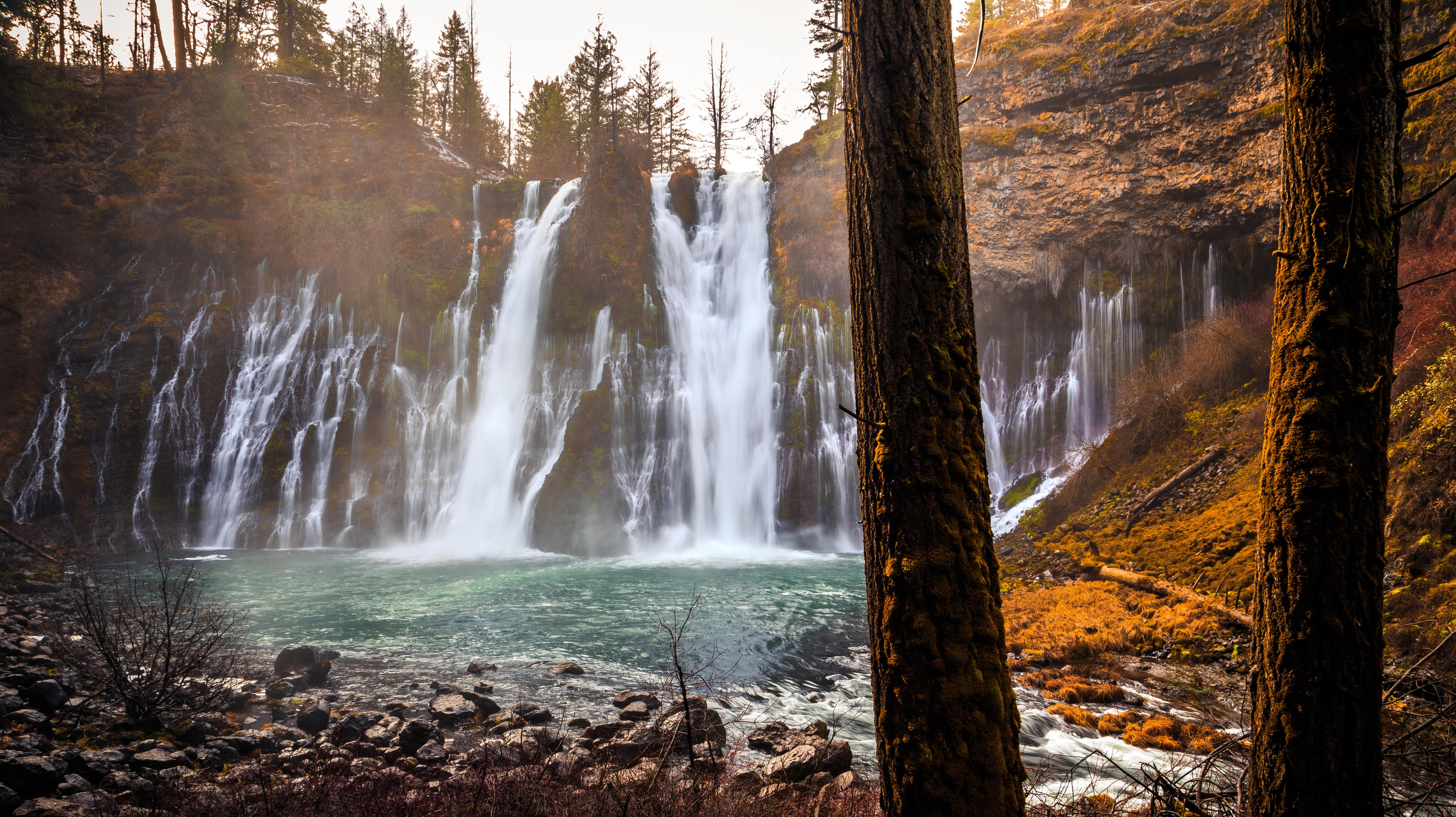 Картинки калифорнии штаты McArthur-Burney Falls Memorial State Park Скала Осень Природа Водопады Ствол дерева 5471x3071 Калифорния США америка Утес скалы скале осенние
