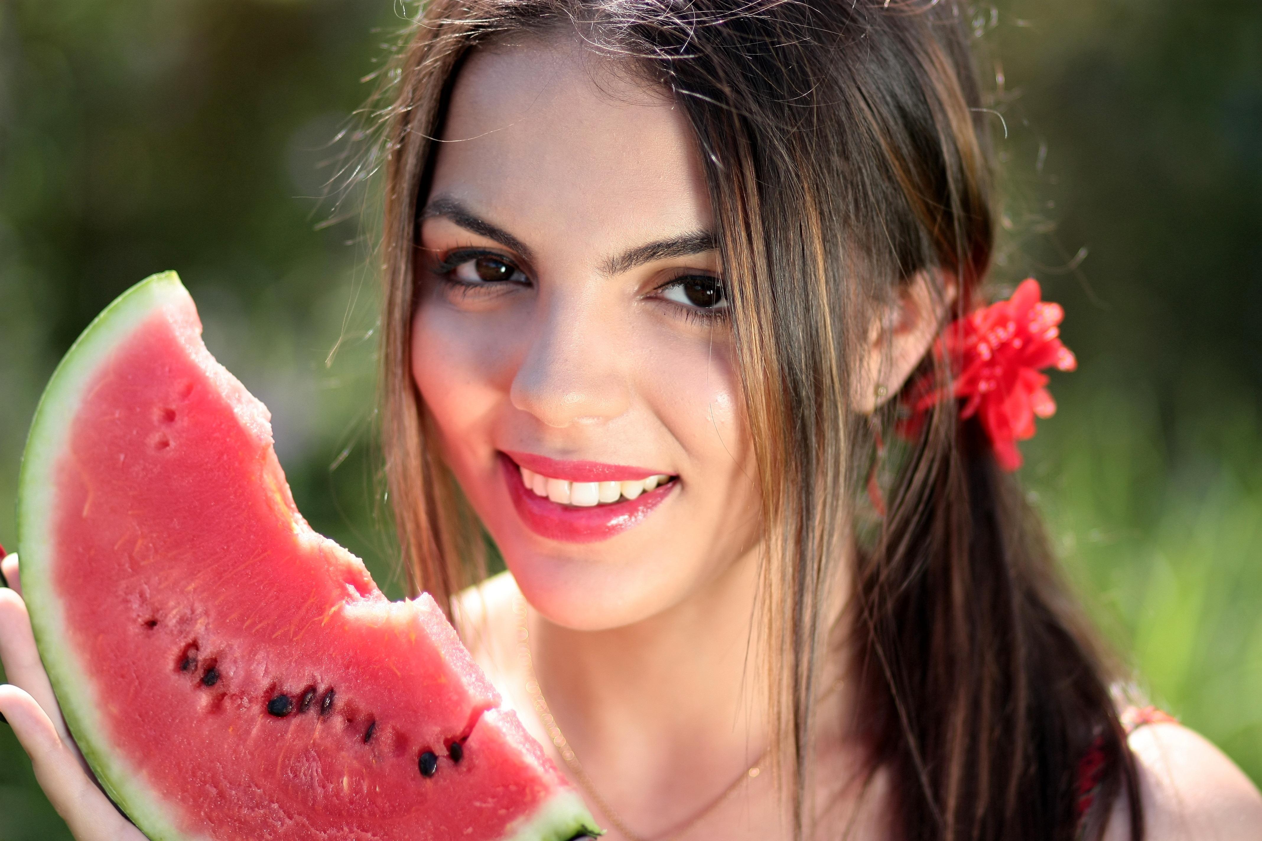 Фотографии Шатенка Улыбка Лицо Волосы Девушки Арбузы смотрит 4272x2848 Взгляд