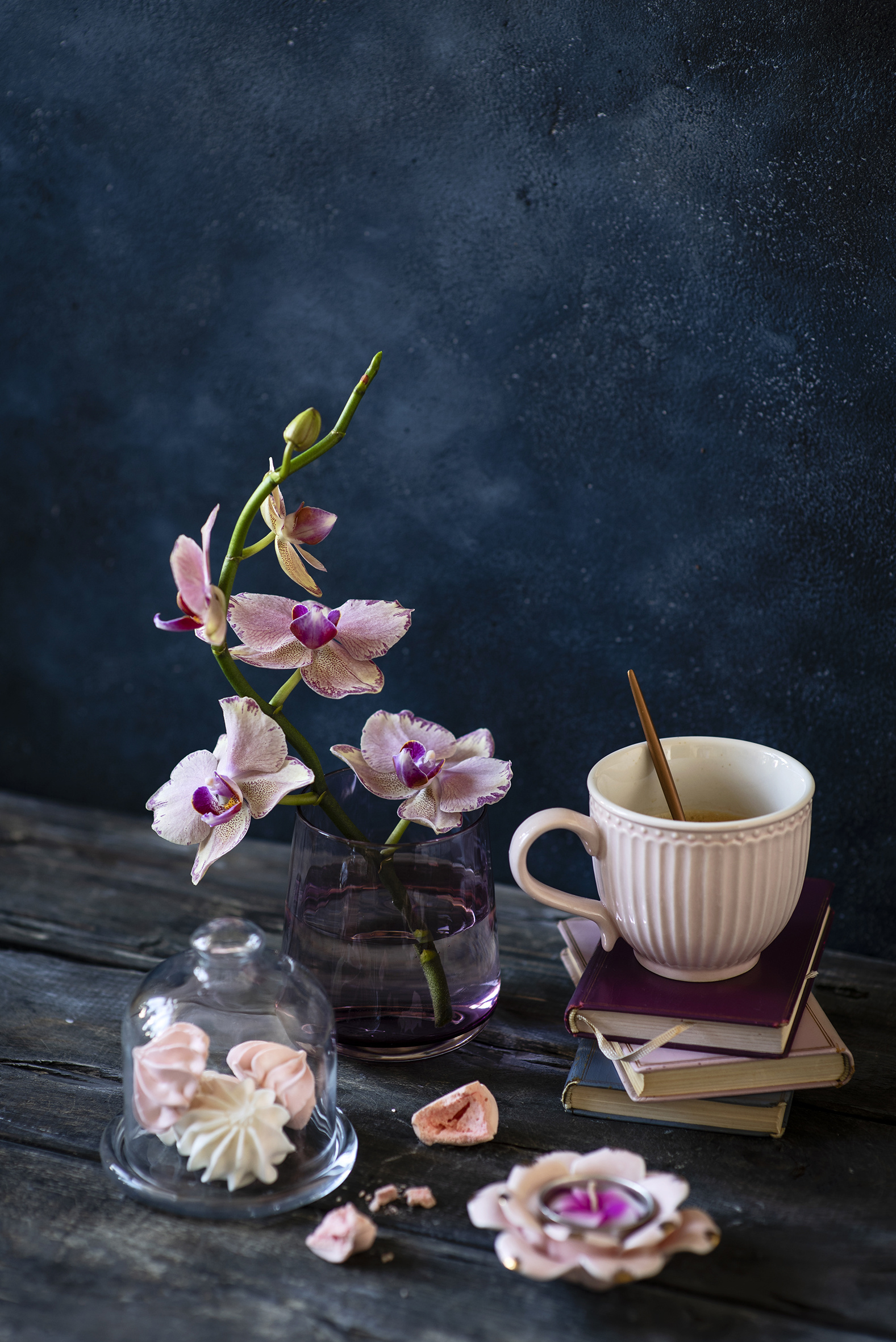Картинки орхидея цветок Чашка Книга Свечи Продукты питания Сладости Натюрморт Доски Орхидеи Цветы Еда Пища чашке книги сладкая еда