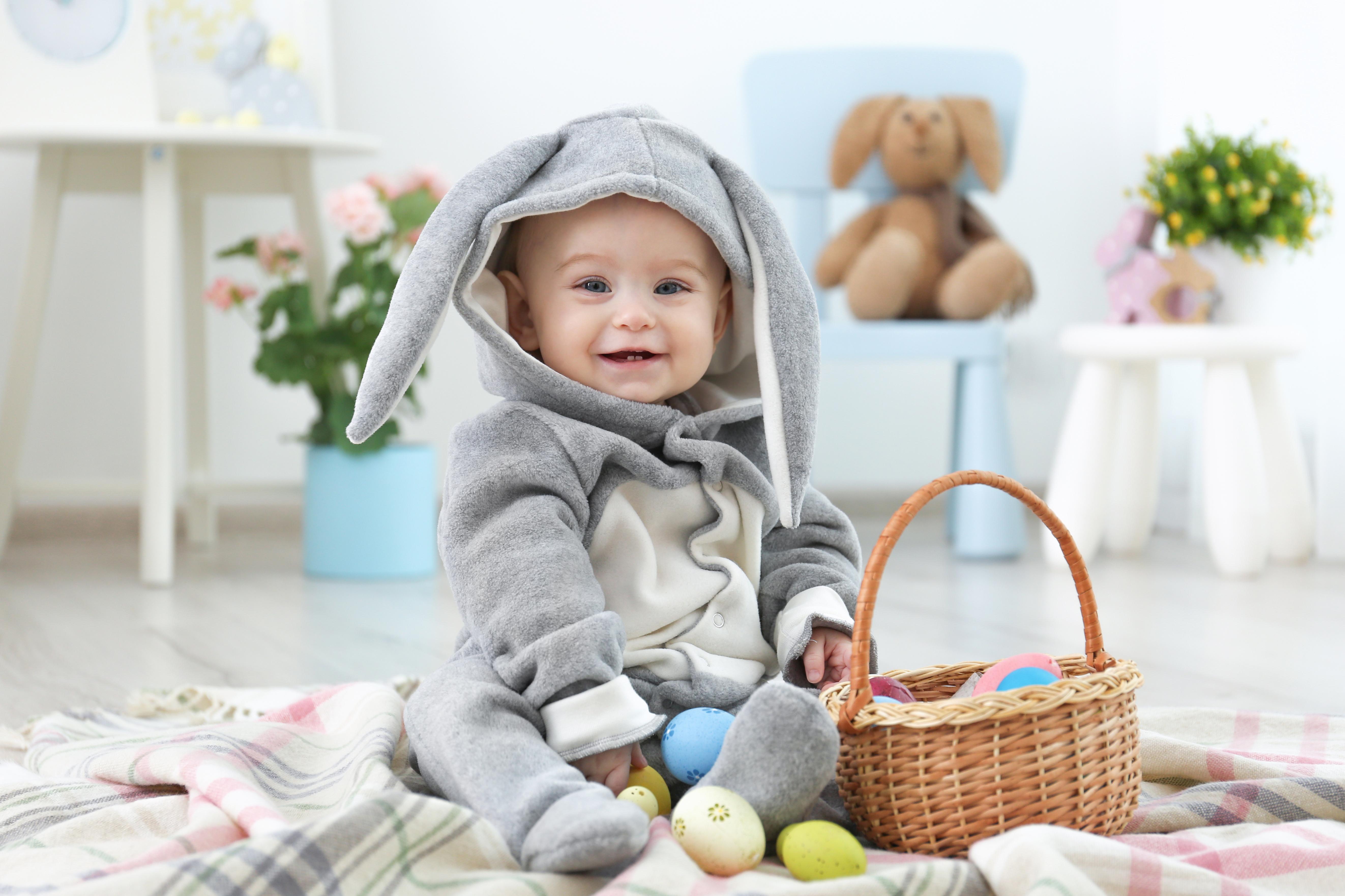 Картинки Пасха Кролики Младенцы Яйца ребёнок Корзинка Униформа Праздники кролик младенец младенца грудной ребёнок яиц яйцо Дети яйцами Корзина корзины униформе