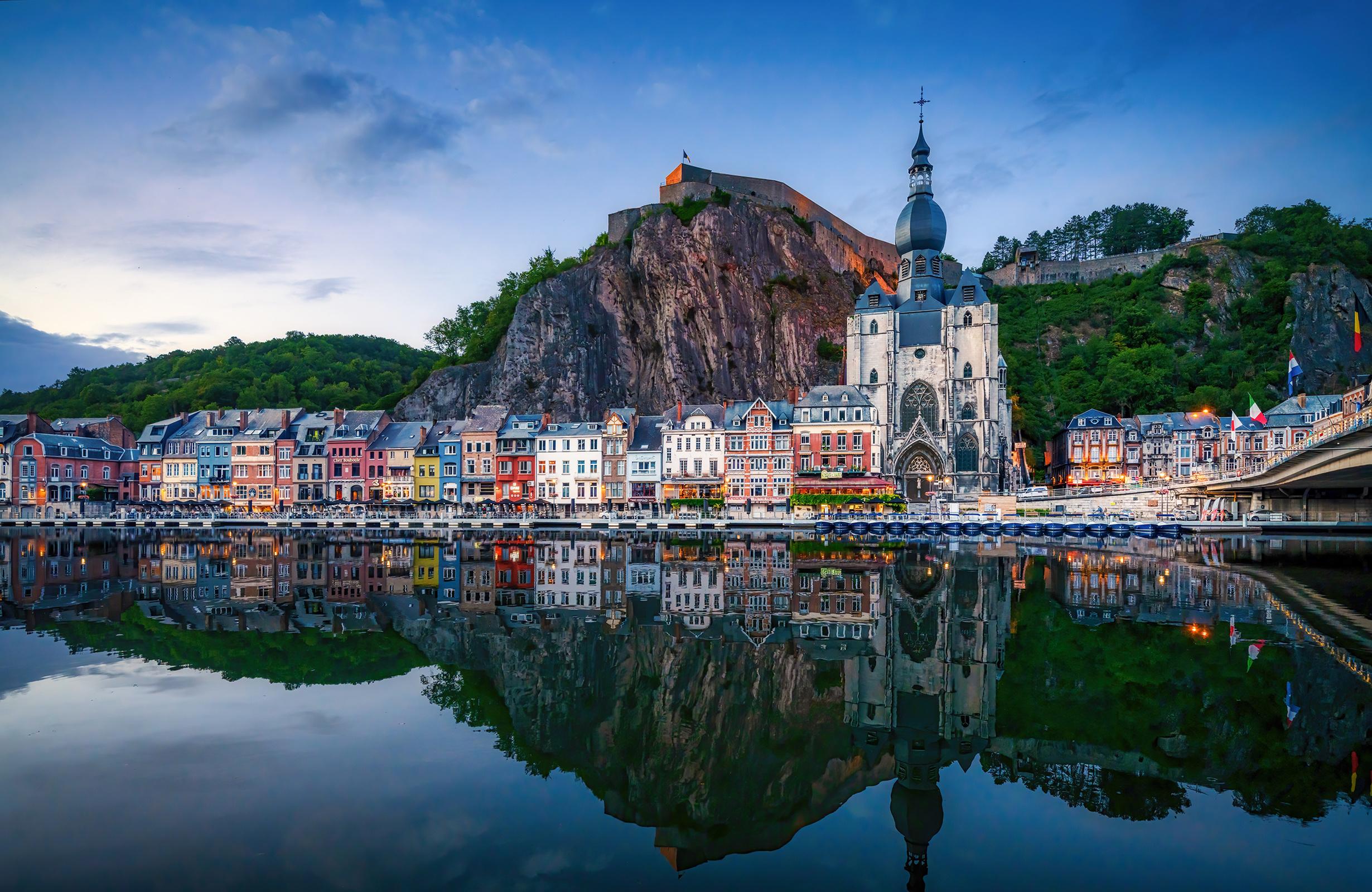 Картинки Церковь Бельгия Dinant скалы Отражение Реки город Здания 2460x1600 Утес скале Скала отражении отражается река речка Дома Города