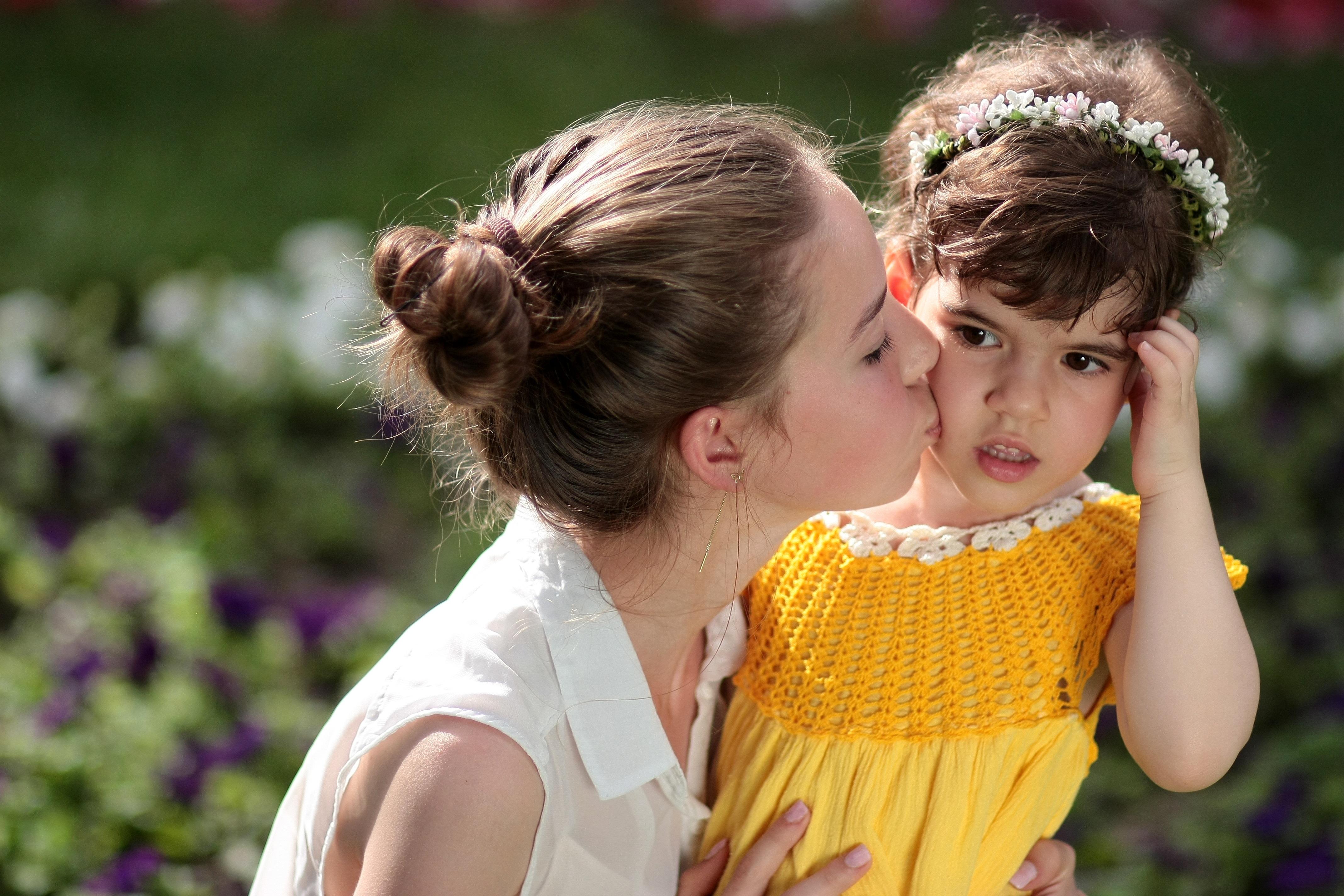 Фотография Девочки Шатенка Мама Дети Поцелуй Любовь вдвоем Девушки смотрит 4272x2848 Мать Ребёнок 2 Двое Взгляд