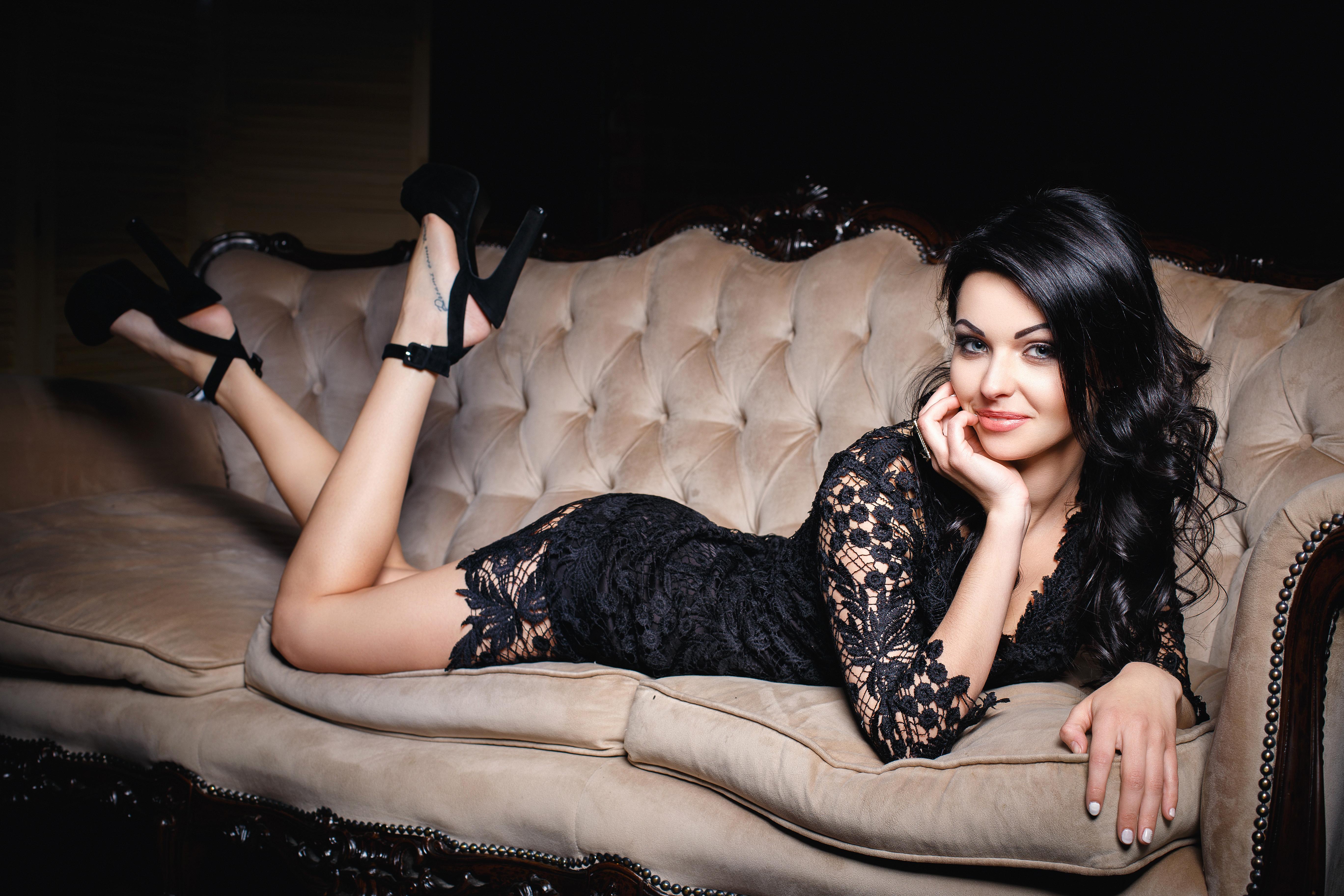 российских моделях, роскошные брюнетки на каблуках руку