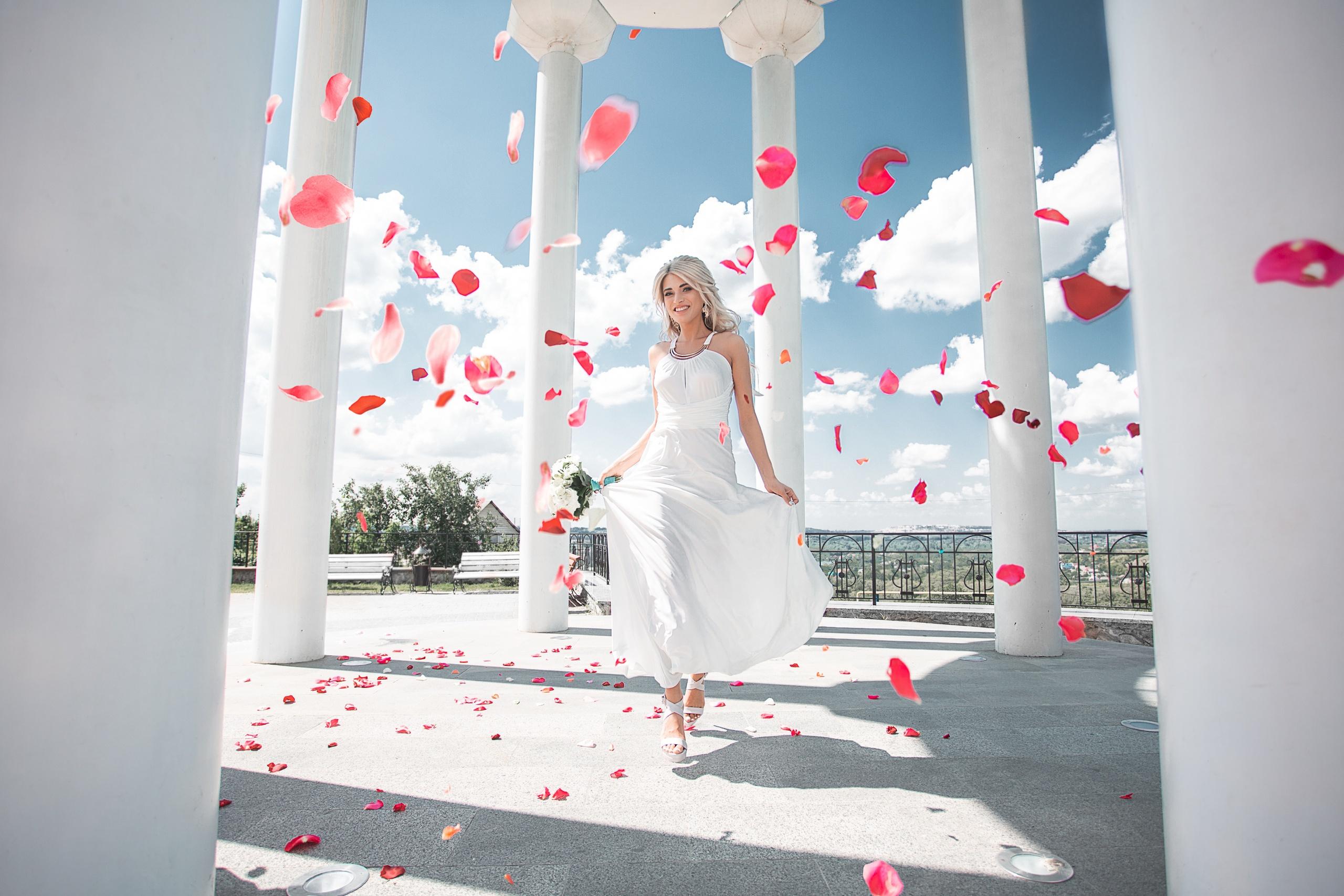 Фото колонны Maxim Tumanov Девушки Лепестки платья 2560x1707 Колонна девушка лепестков молодые женщины молодая женщина Платье