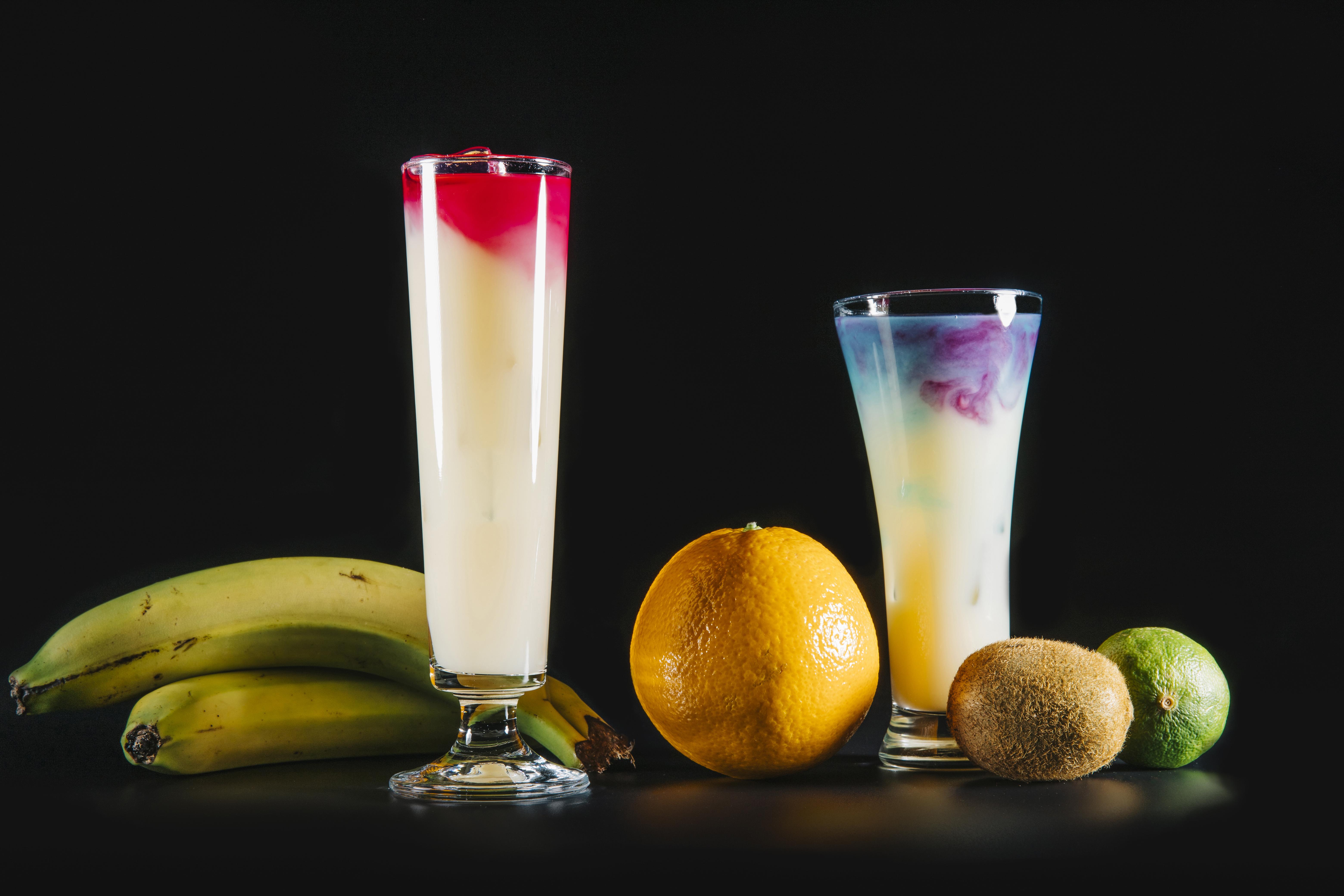 Обои для рабочего стола Апельсин Киви Бананы стакане Пища Коктейль Черный фон Стакан стакана Еда Продукты питания на черном фоне